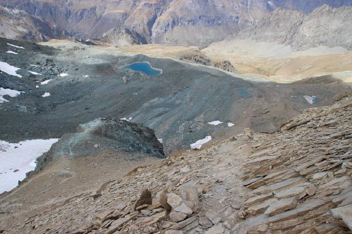 Ultimo tratto verso la cima, uno sguardo a picco verso la val di Rhemes (grazie a Luisanna per la foto)