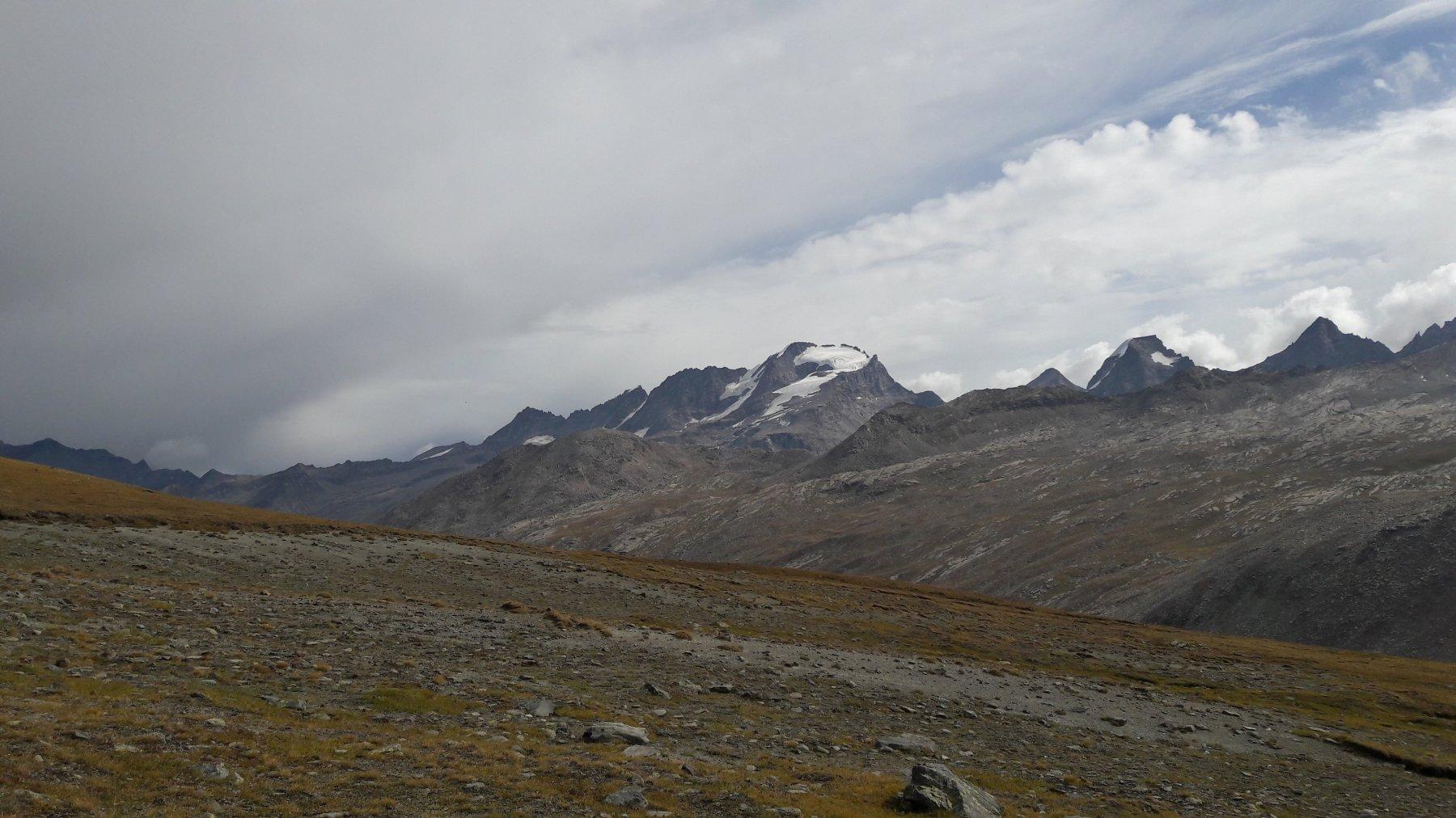 Veduta su Gran Paradiso (al centro) e poi verso destra Ciarforon e Tresenta