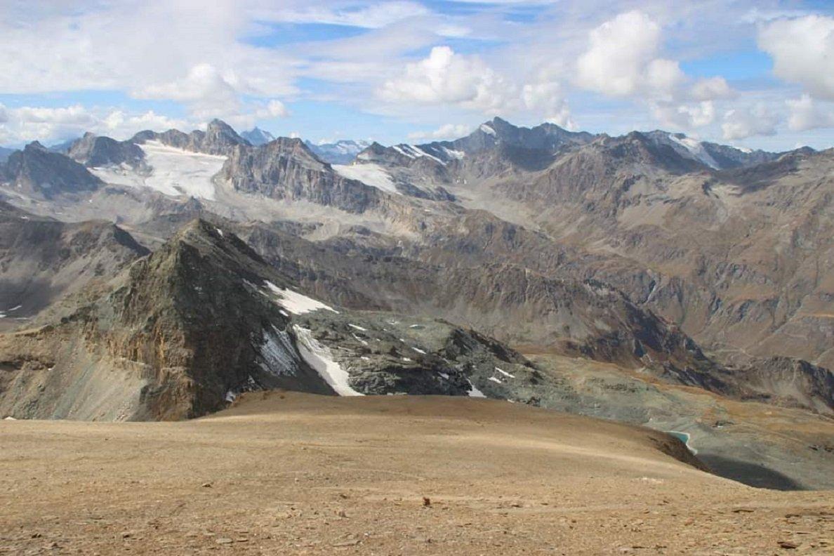 Dalla cima, ampio panorama sul versante di salita verso la punta Leynir, in primo piano, la Basei, la Galisia e oltre (grazie a Luisanna per la foto)