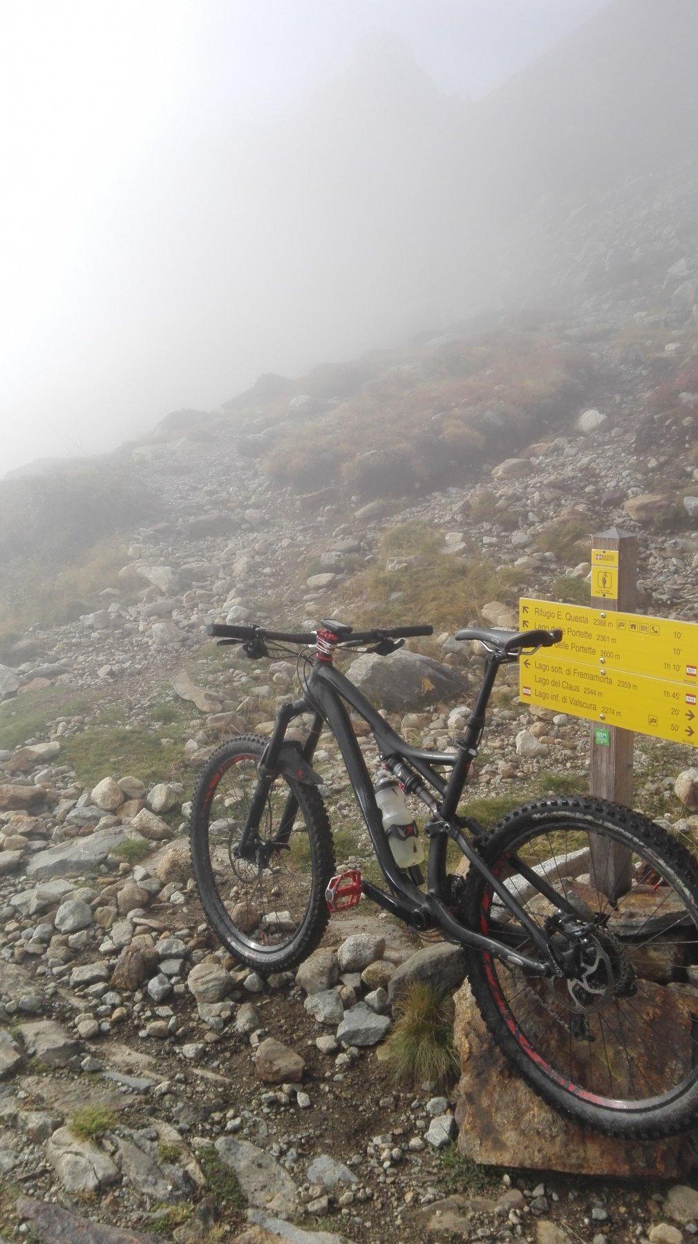 nella nebbia a pochi metri dal rifugio