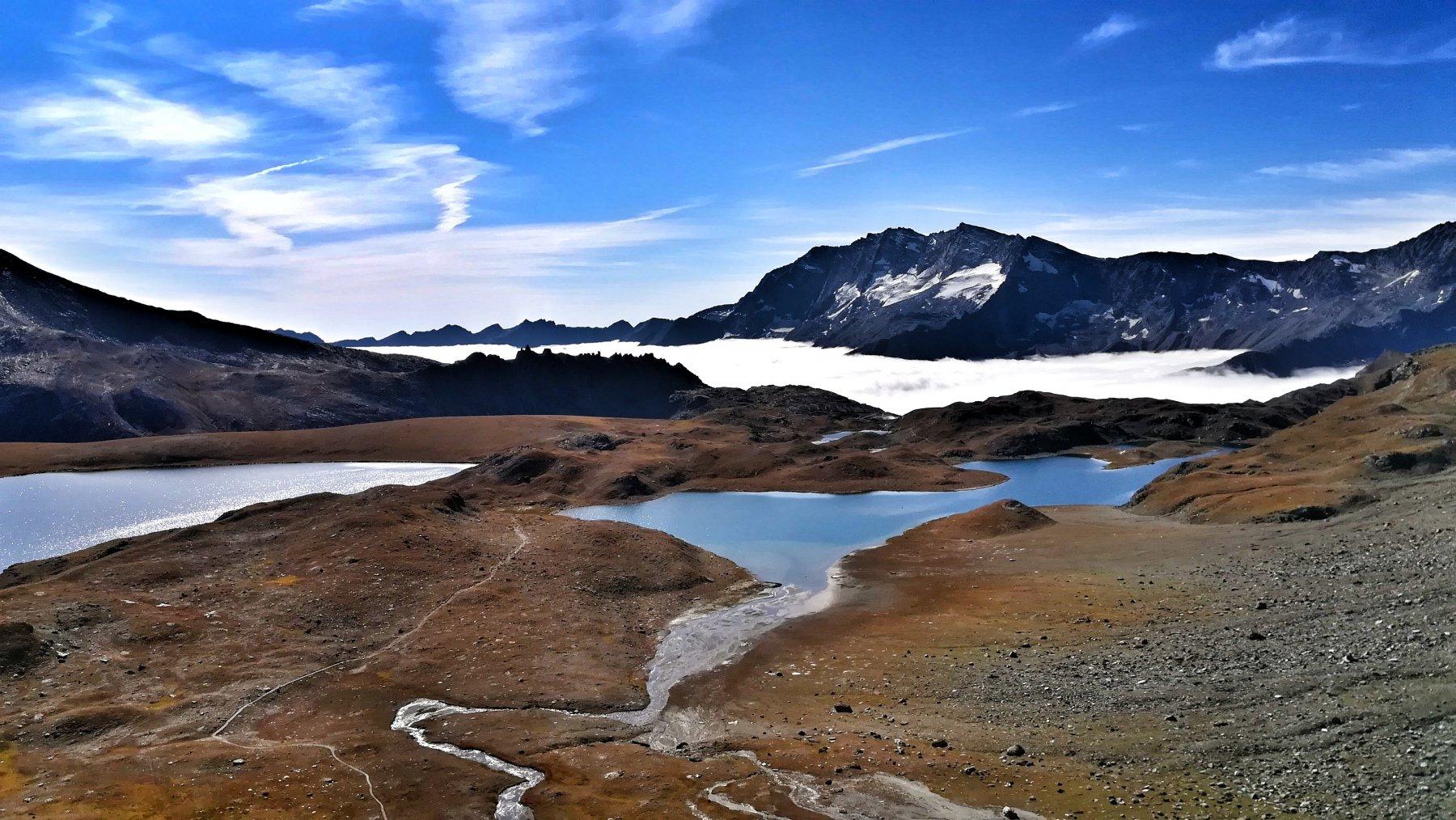 Vista sul bel sentiero che attraversa i laghi Rosset e Leytà