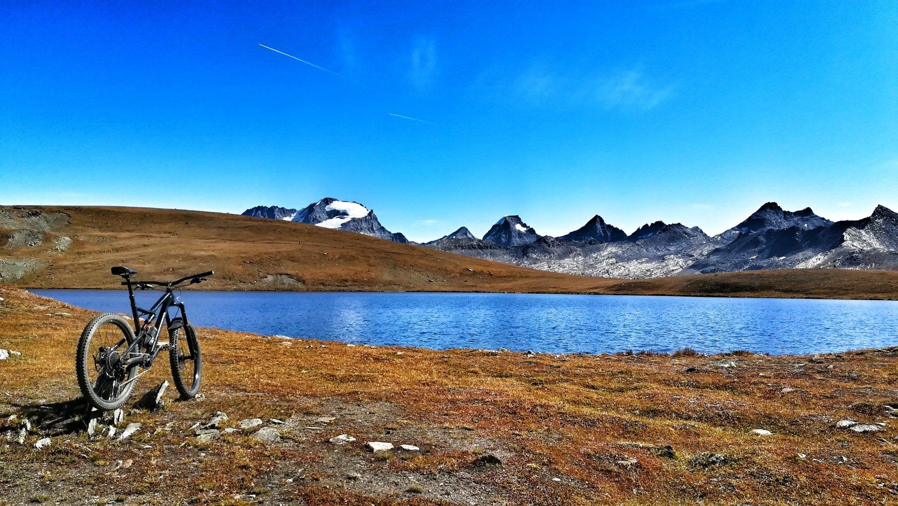 Stupenda vista sul Granpa dalle sponde del lago Rosset