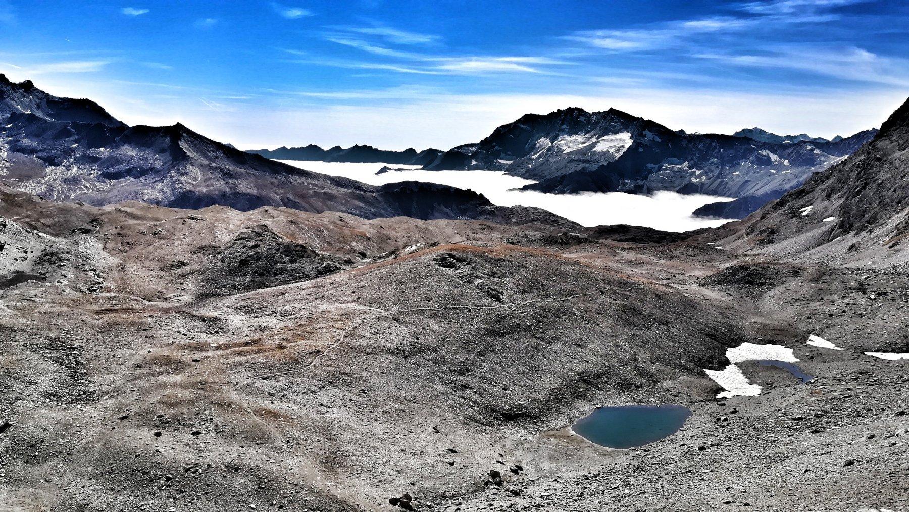 Vista dal colle sul bel sentiero che attraversa i laghi Chavaney