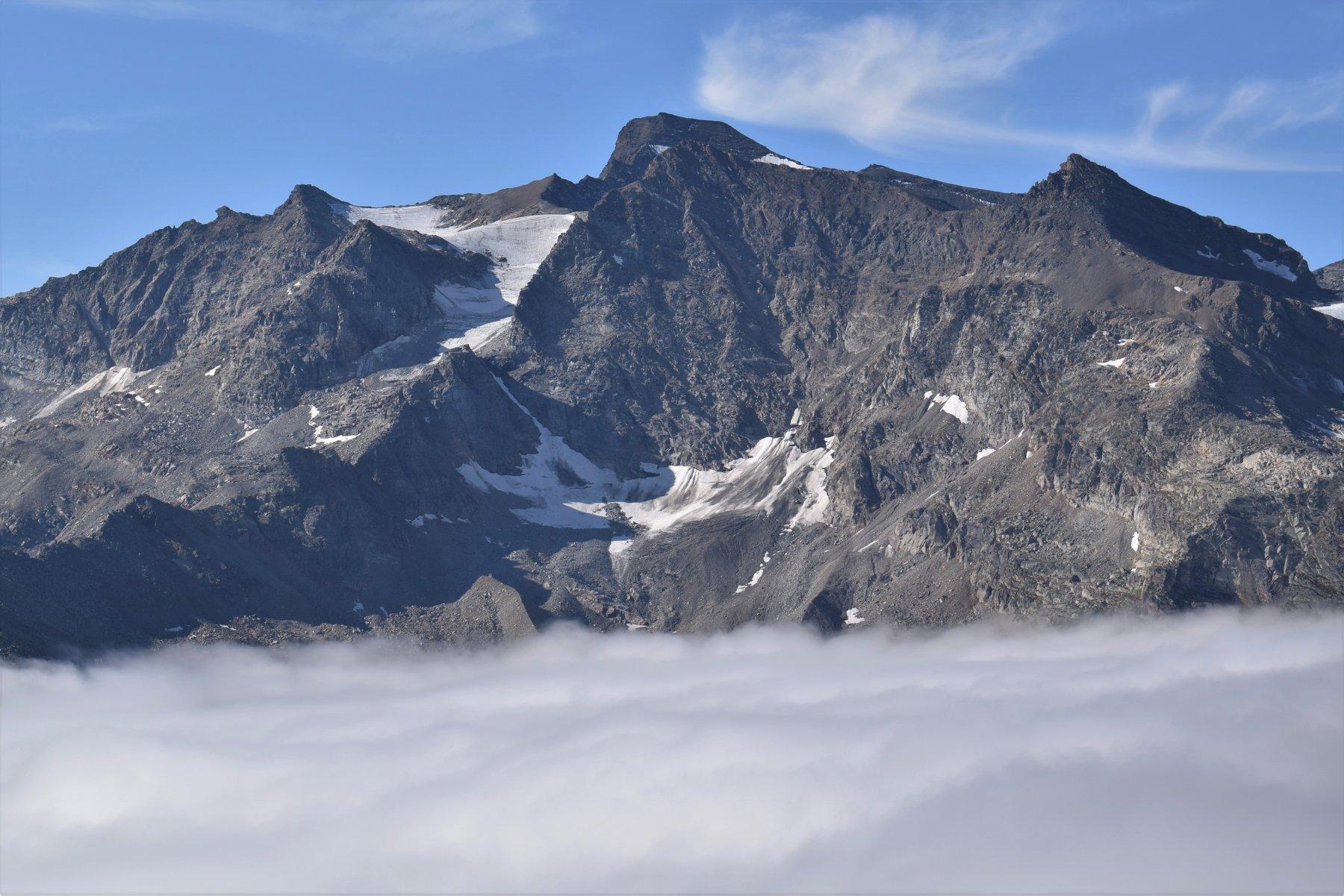 La Grande Auguille Rousse sopra il mare di nuvole
