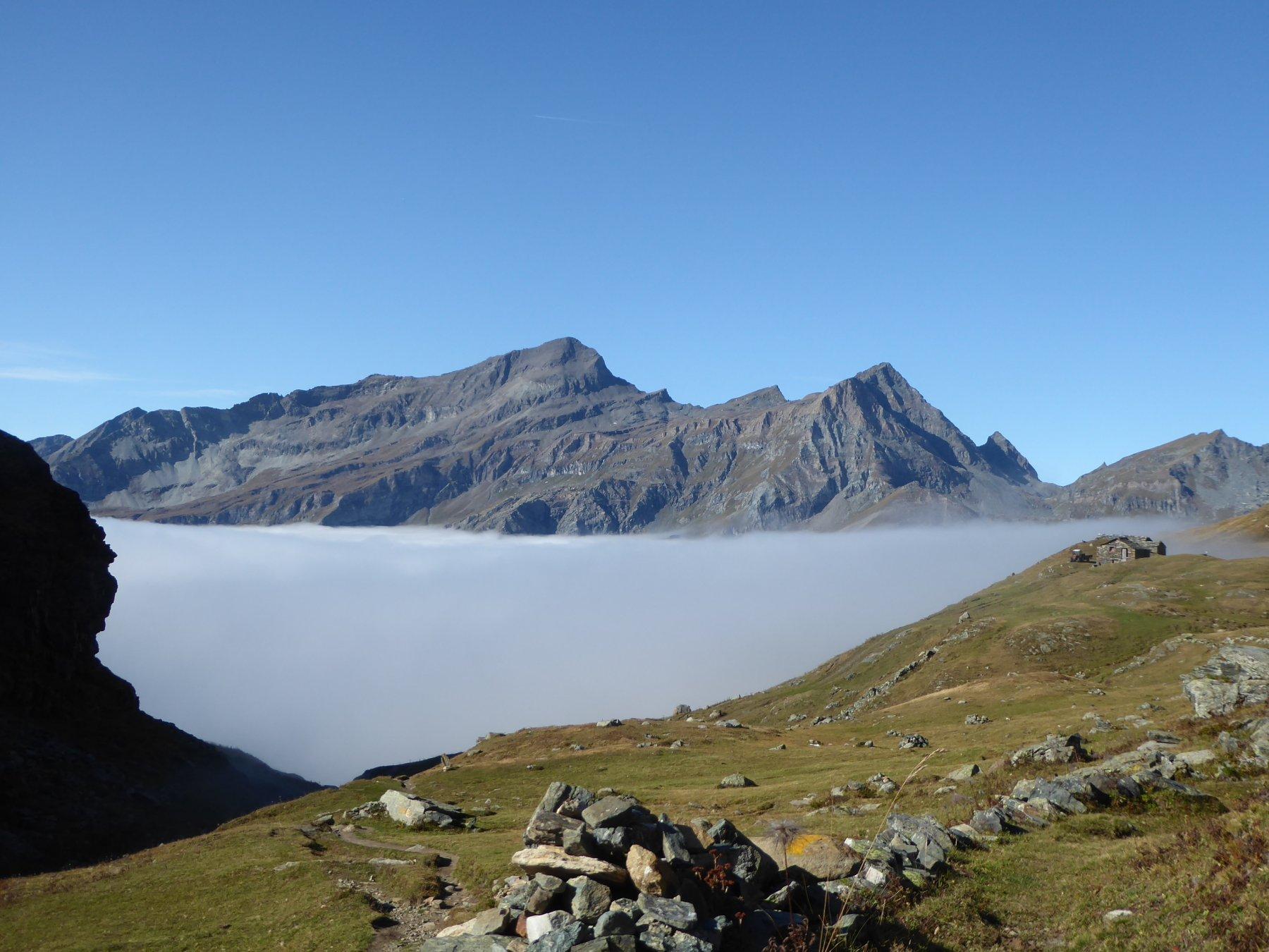 si apre !!! sullo sfondo Testa Grigia, a destra l'alpeggio Becksch Gaveno a 2424 metri