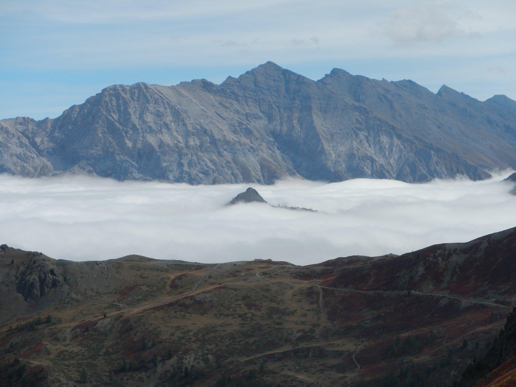 dal Colletto Verde: tra le nebbie compare il Monte Corbiun