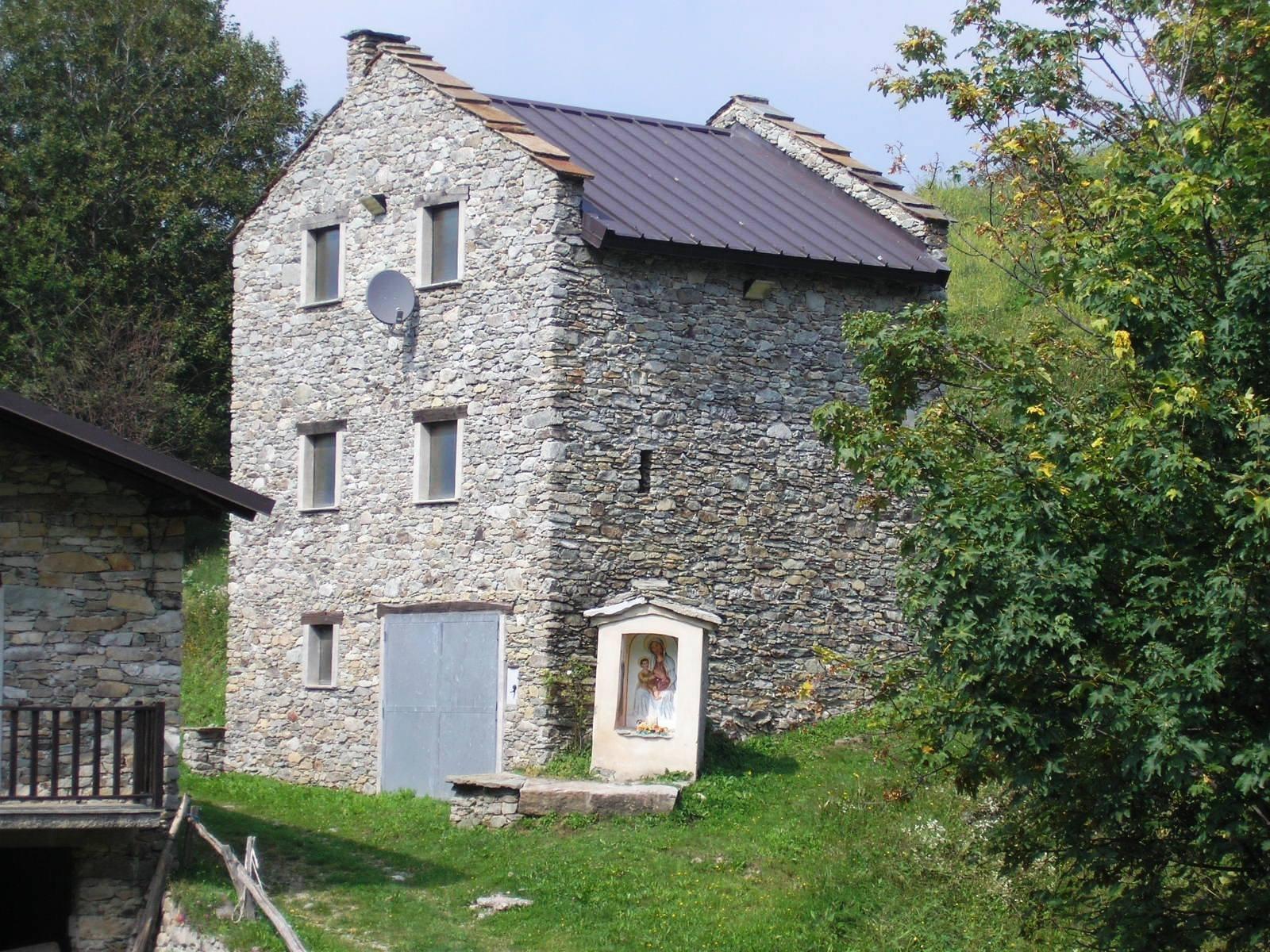 Casa con tetto racchiuso a Stalle Colletto