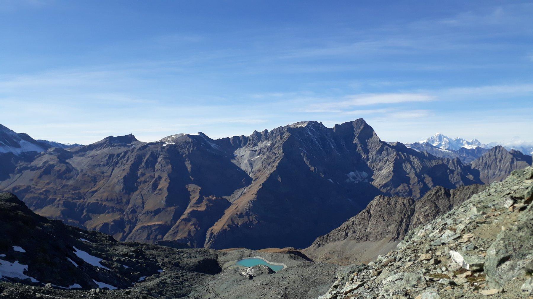 vista sul versante Val di Rhemes e, in fondo a destra, il Mont Blanc