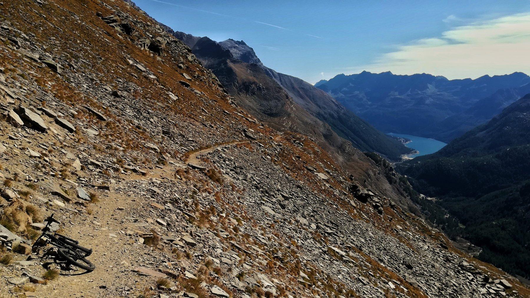Traverso sopra alpe Bastalon con vista lago di Ceresole