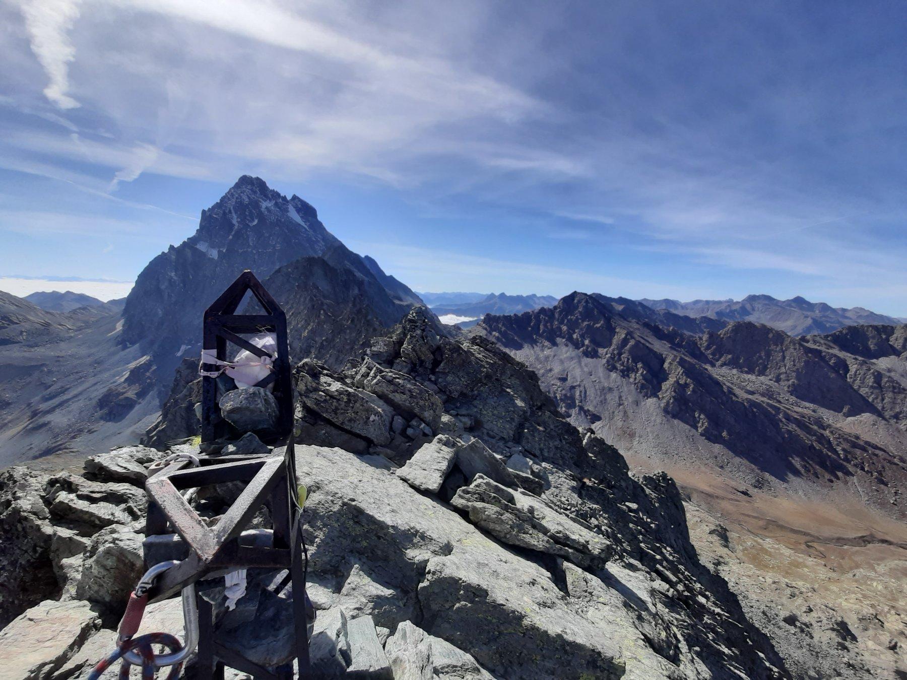 La cima di Punta Udine con il Monviso sullo sfondo