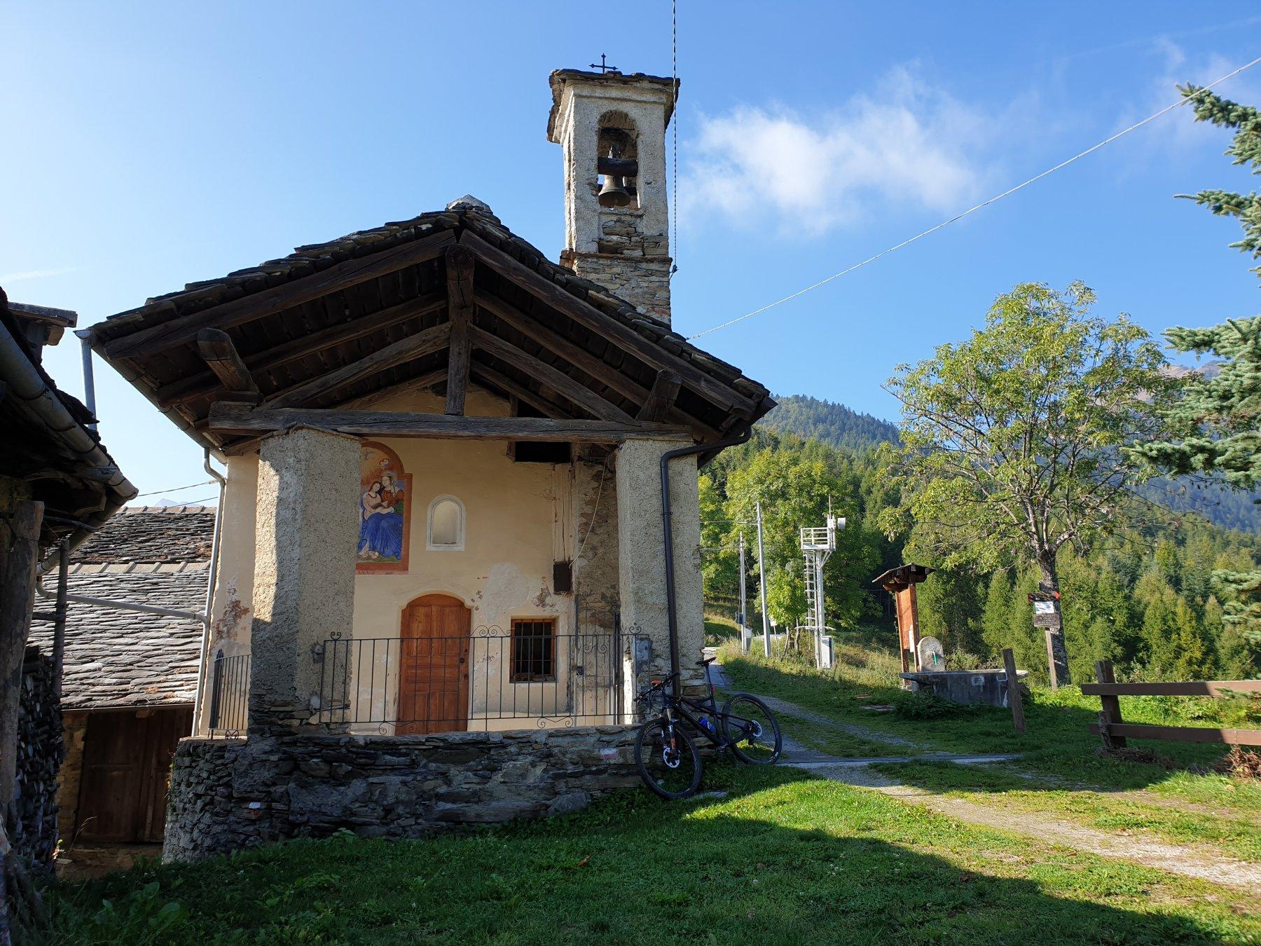 A sx della chiesetta di Colletto sentiero a scendere