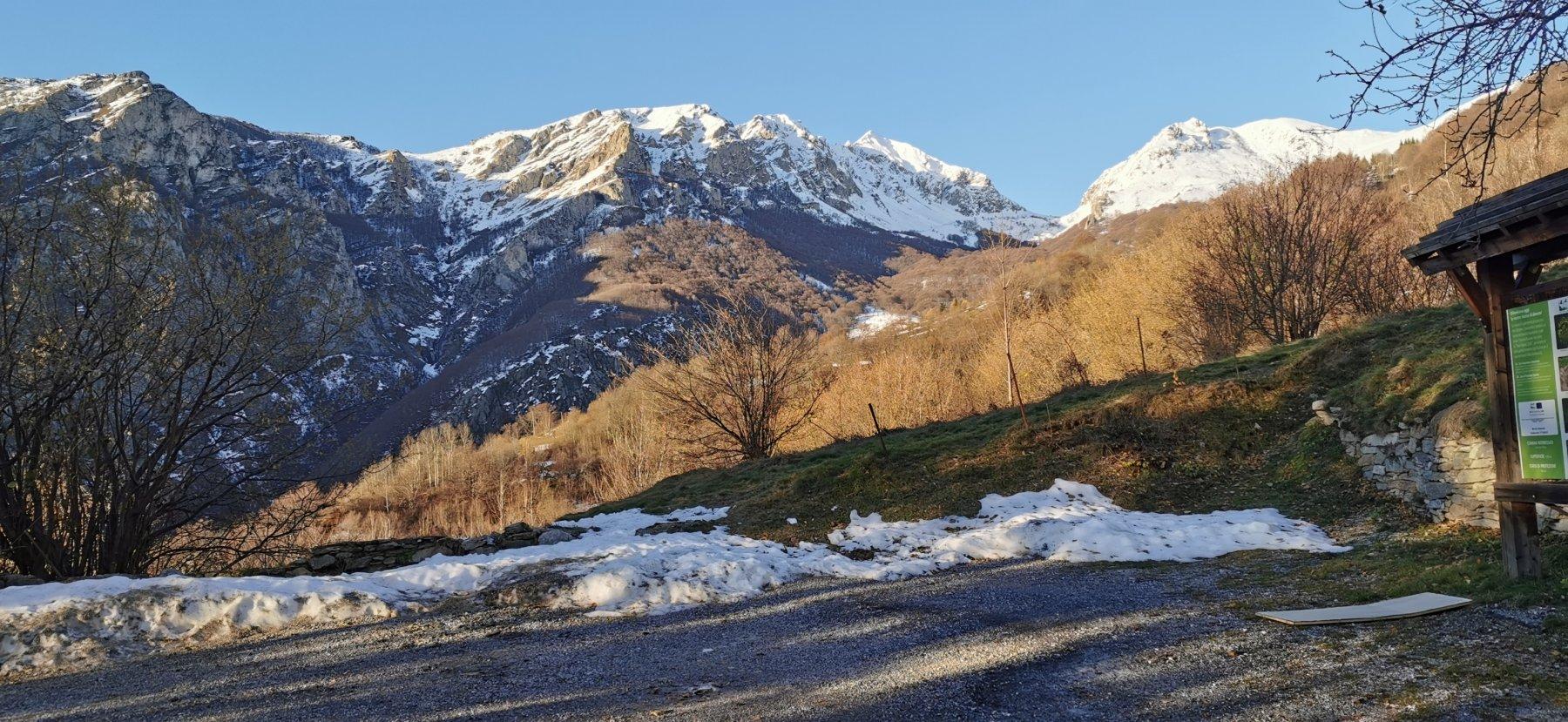 visuale dal parcheggio di Valdinferno verso il vallone di salita e il Monte Antoroto