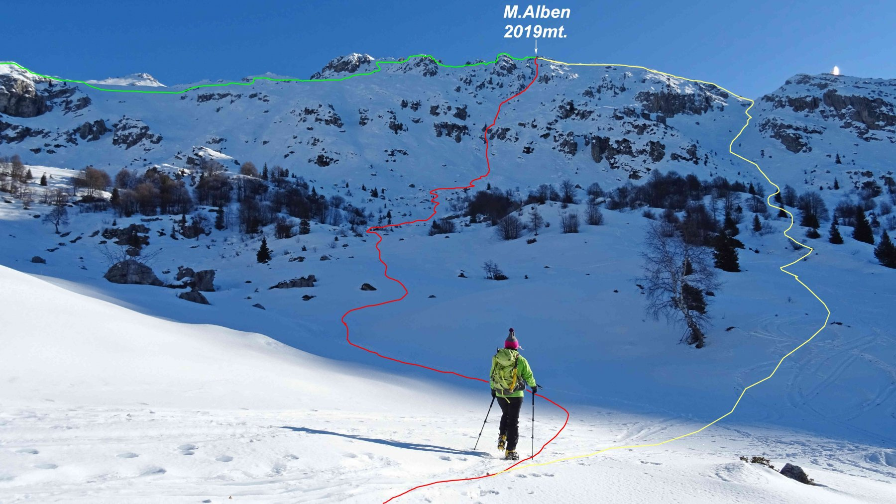 In rosso il Canale Ilaria,in giallo la salita normale, in verde la traversata in cresta verso il P.so la Forca.