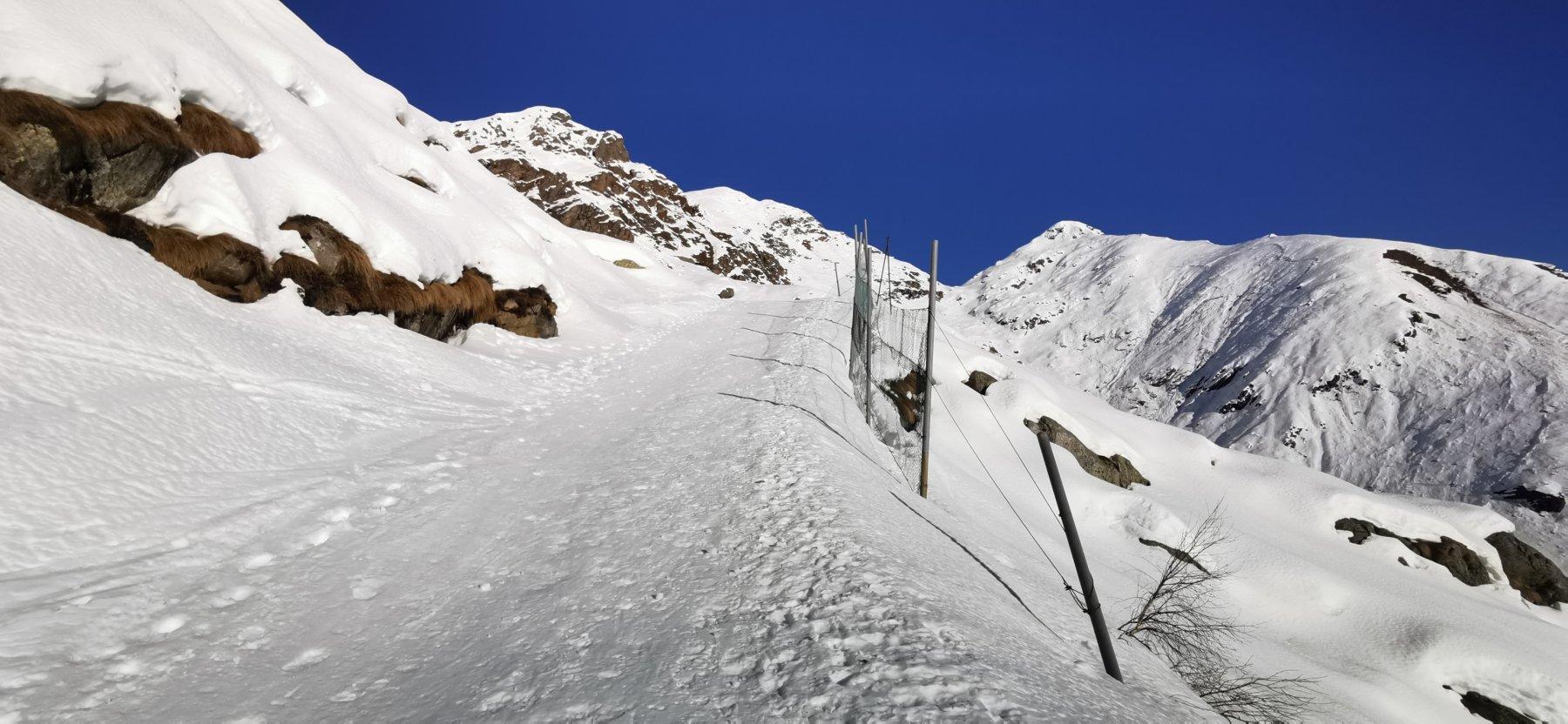 seguendo la pista Busancano su neve ottima, tutta da salire con i ramponi ai piedi