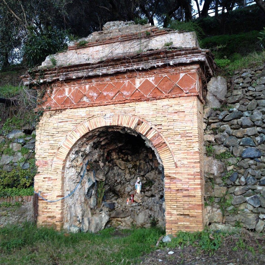 La grotta dove a sx parte il sentiero per il Curlo