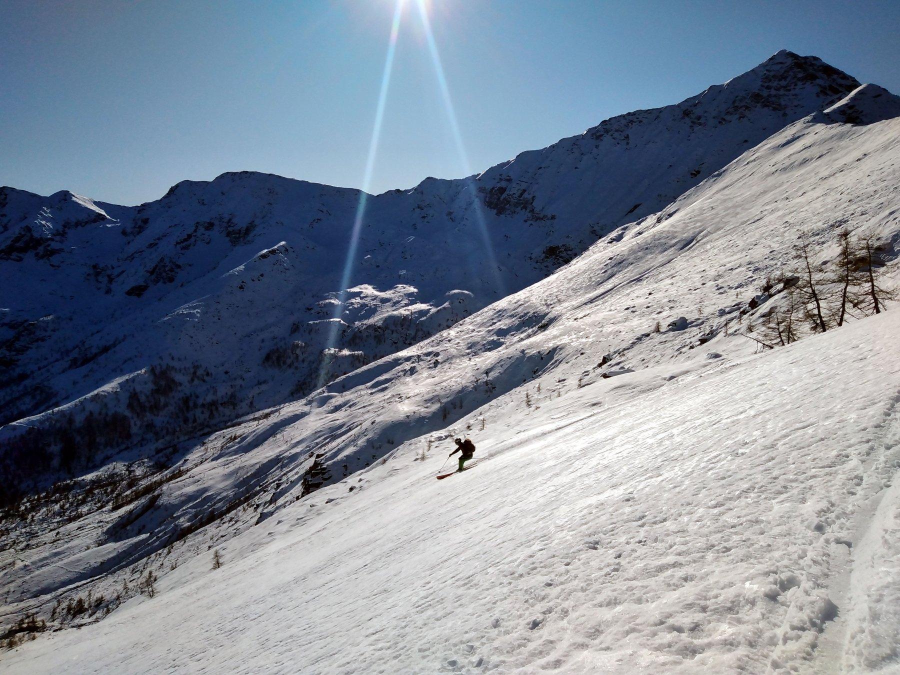 dopo il lungo traverso troviamo finalmente neve buona da sciare