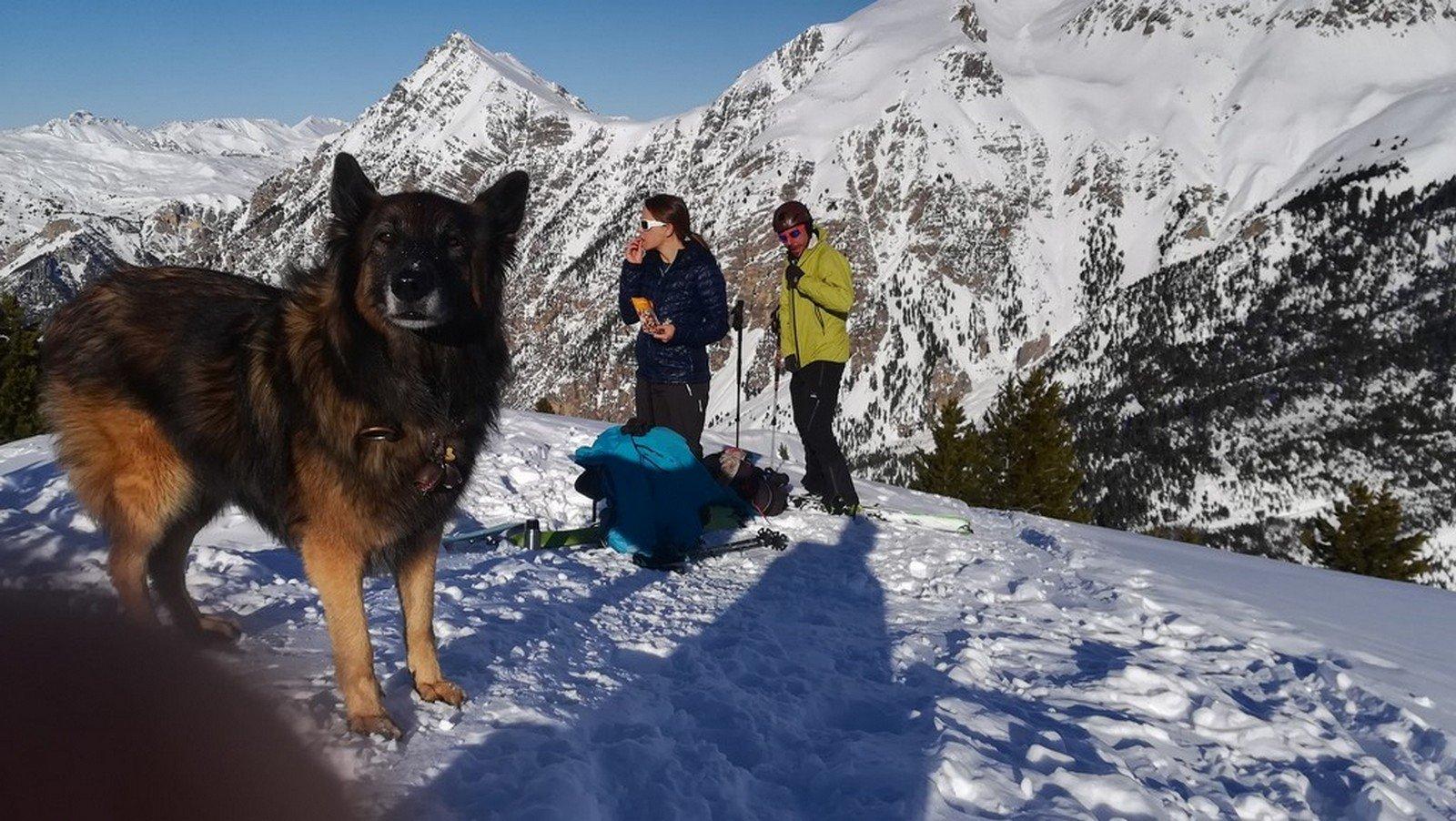 Halya e amici in cima. vista Lasseron e monti della Luna