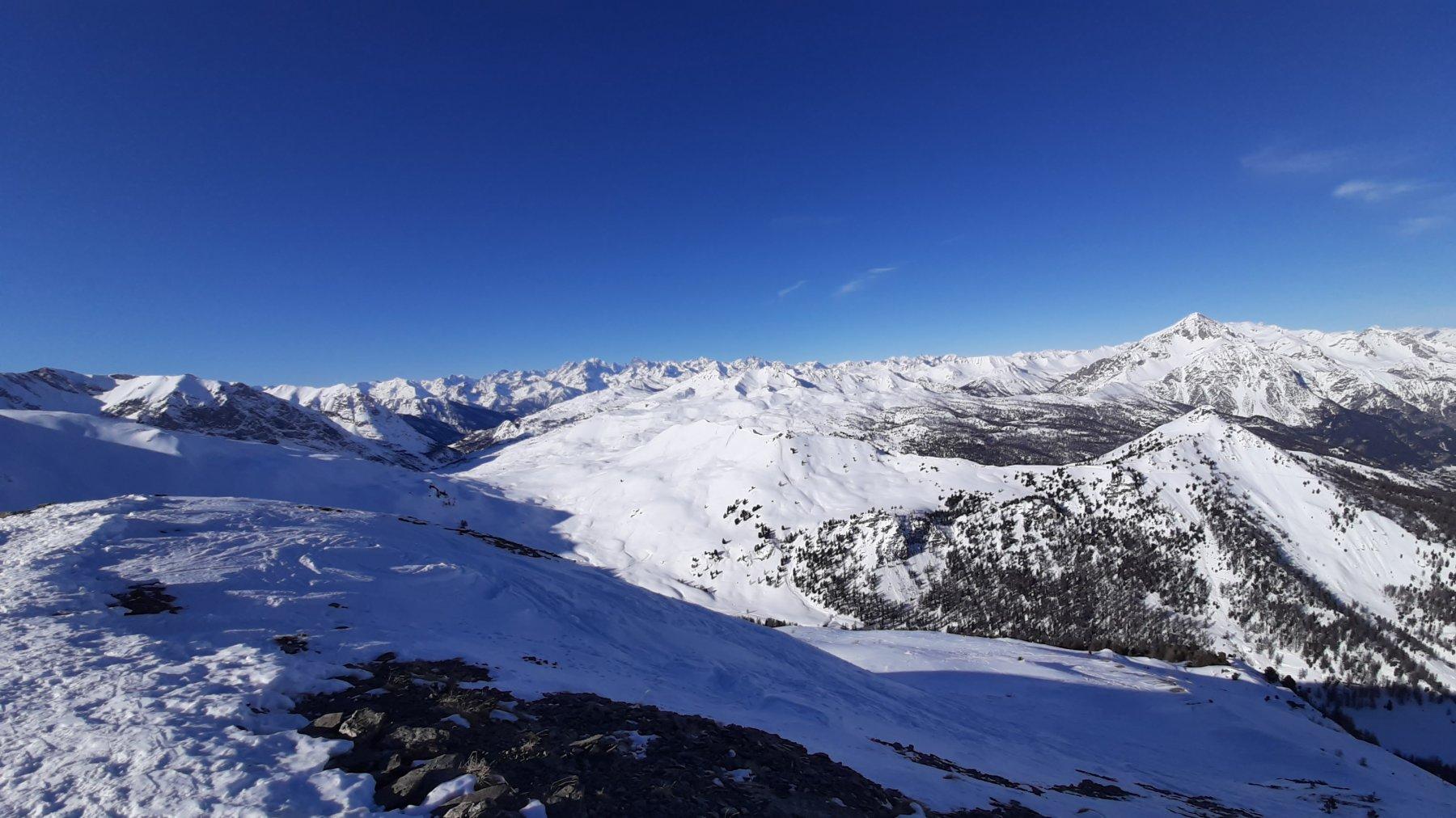 Dal Giassiez la dorsale dal monte Courbion alla cima Fournier, con il monte Chaberton troneggiante alle spalle