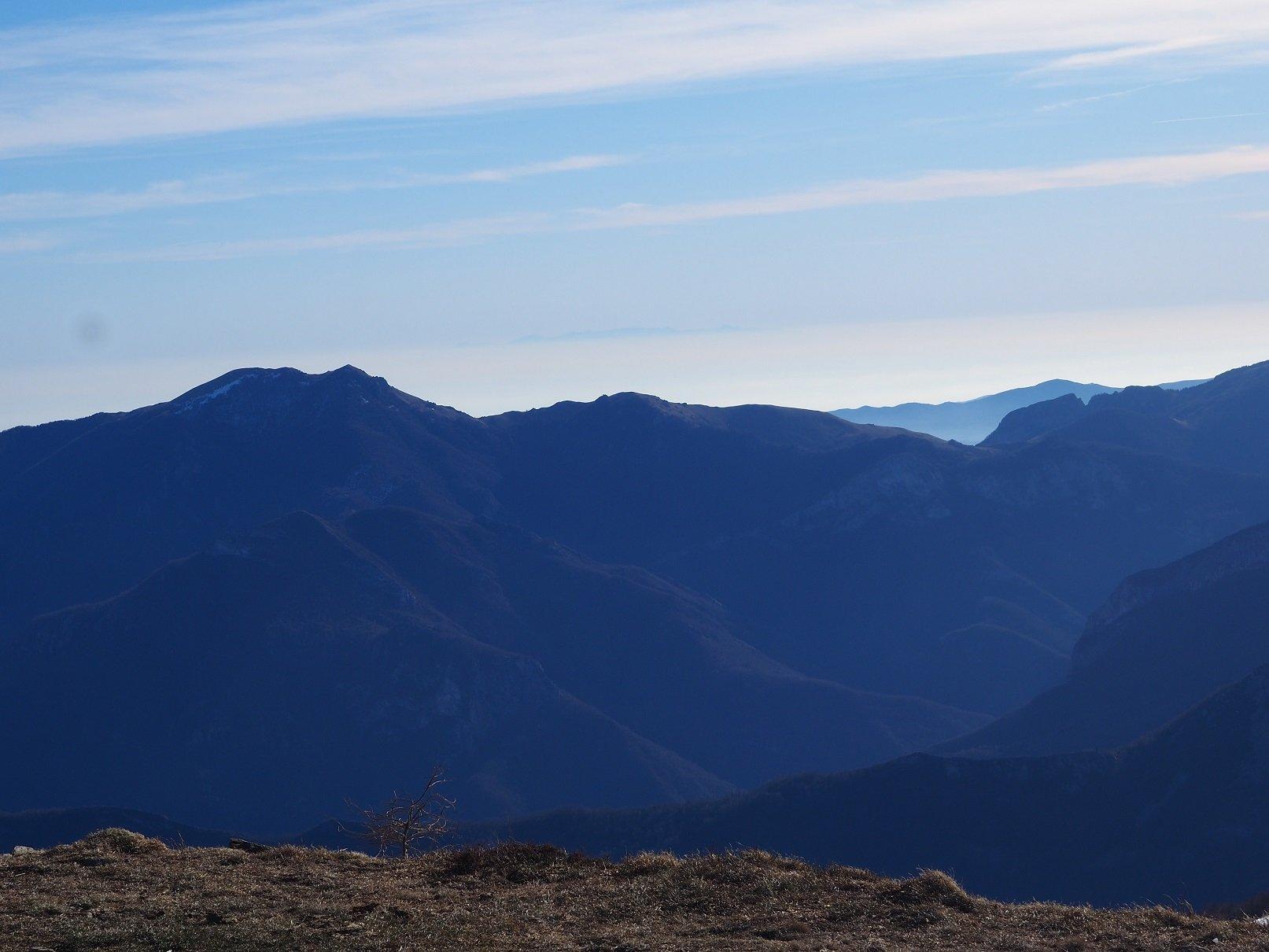 Al centro, in lontananza, il profilo della Corsica.