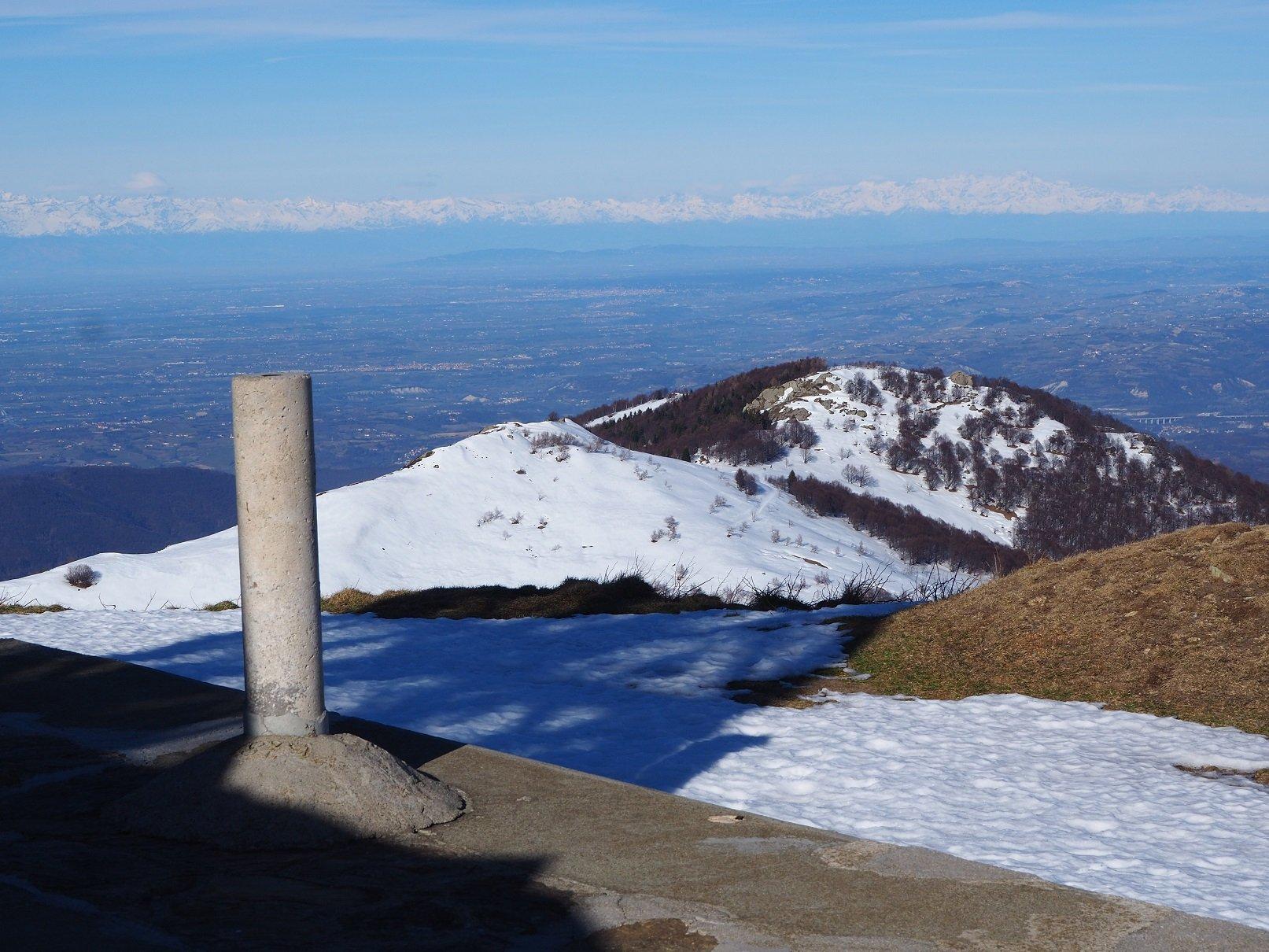 Dalla vetta, oltre la pianura, l'arco alpino. Tutto a destra il Monte Rosa.