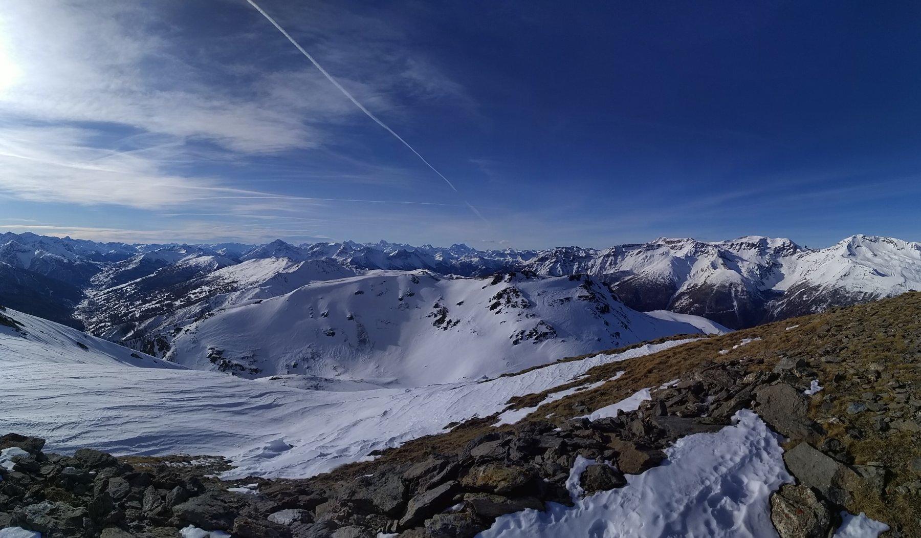 Dalla cima il panorama verso l'alta valle e la Francia