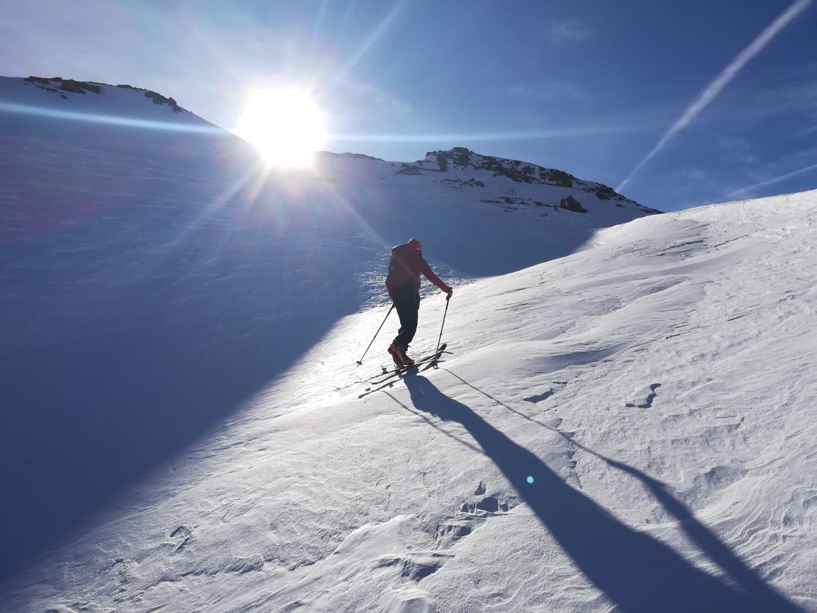 Sotto il colle neve battuta dal vento: in salita si fatica, ma in discesa che goduria!