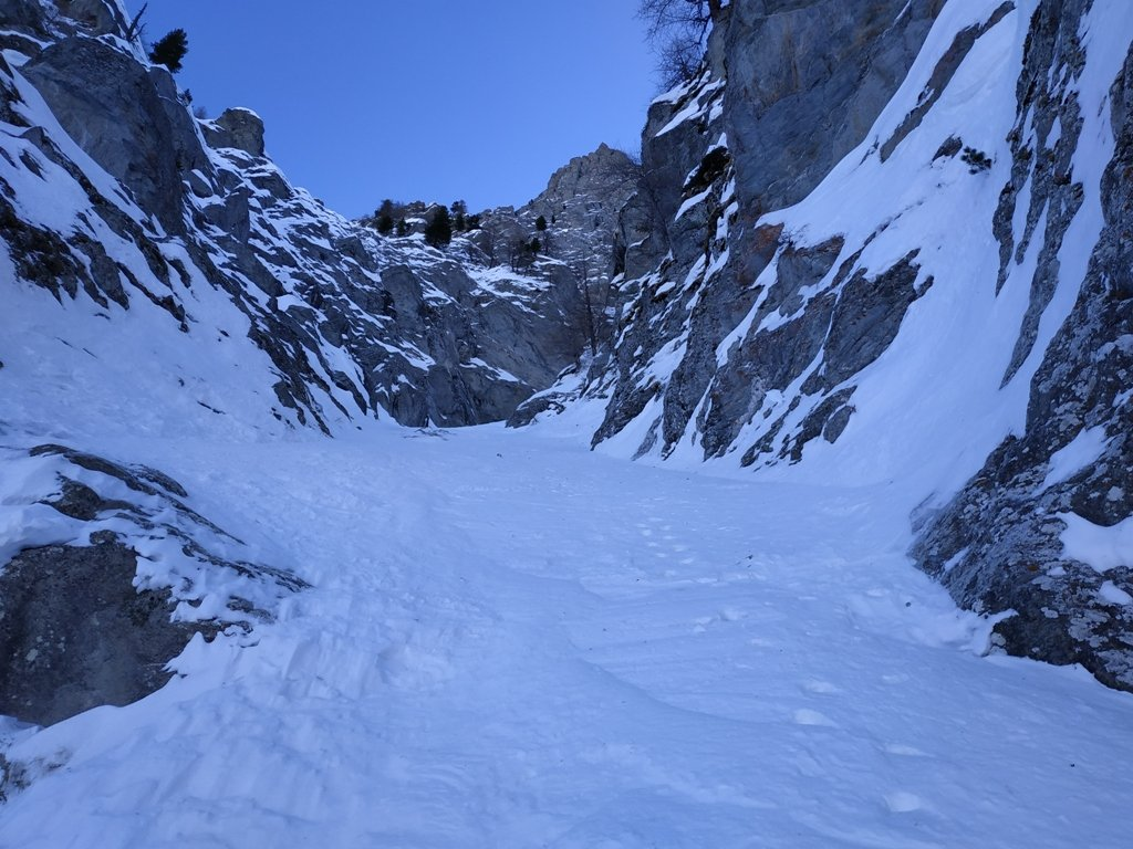 Tracce del giorno prima dove lo strato di neve ricopre il ghiaccio vivo.