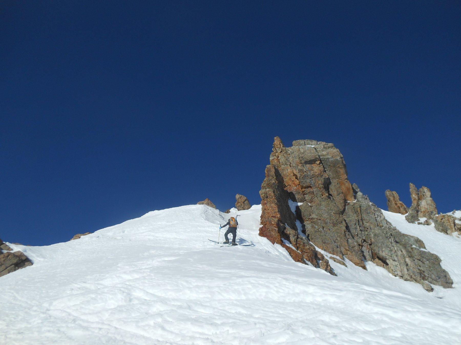 ultimi passaggi con sci ai piedi del pendio sud-est