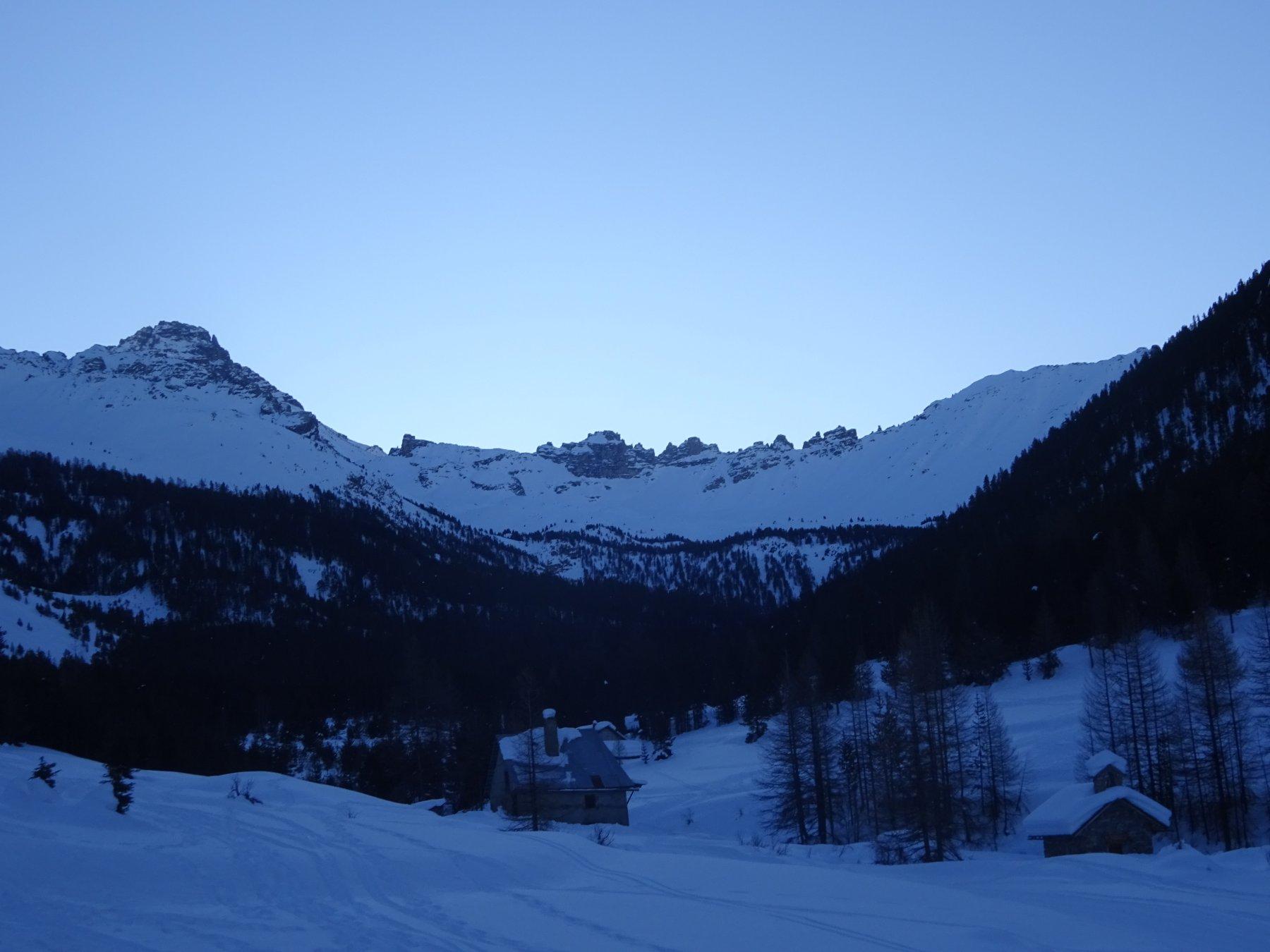 Partenza da Le Laus nel vallone dominato dal Pic de Rochebrune