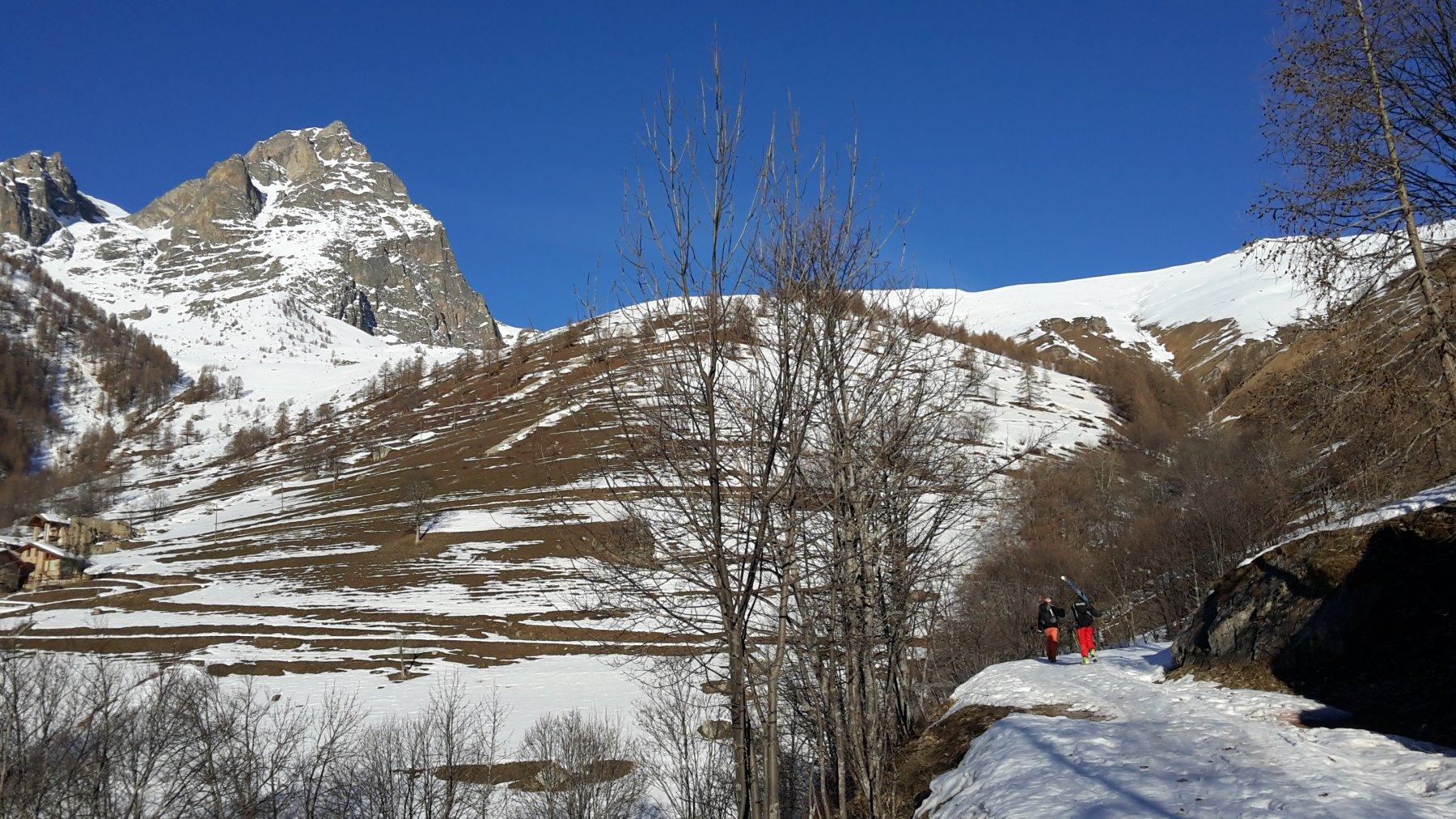 si cammina sulla strada per Campiglione su 20 cm di neve