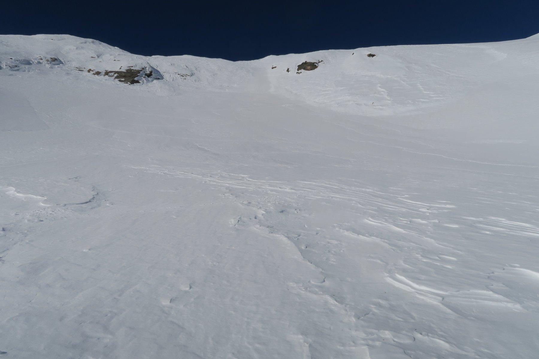 neve lisciata dal vento sotto il colle