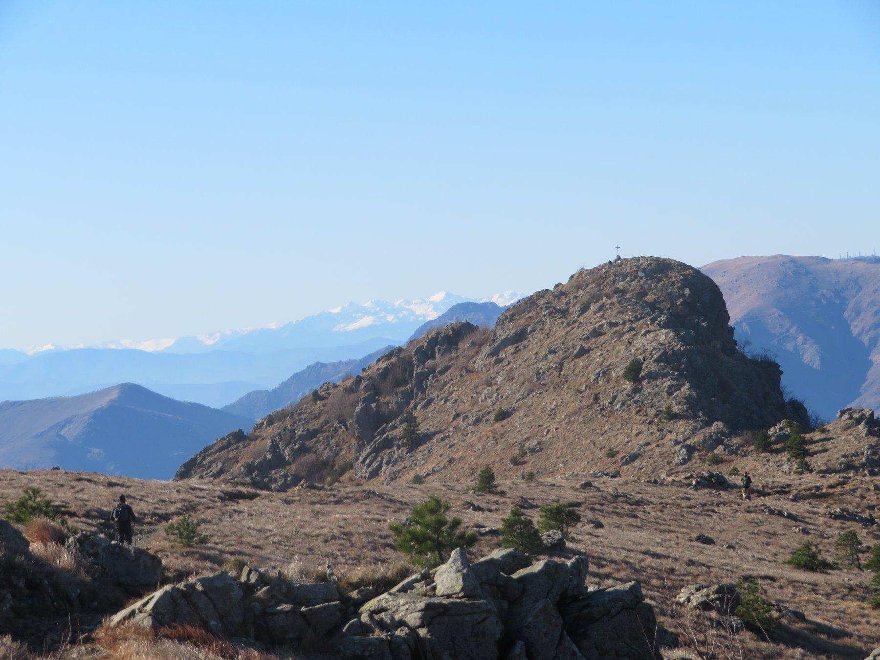Punta Martin con le Alpi Liguri innevate sullo sfondo