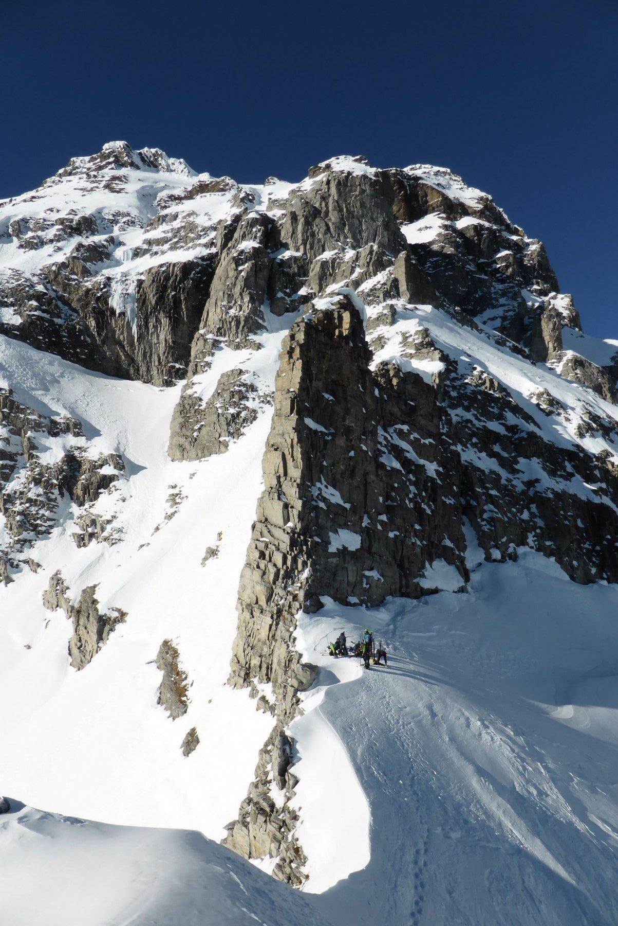 La cresta sommitale e il deposito sci