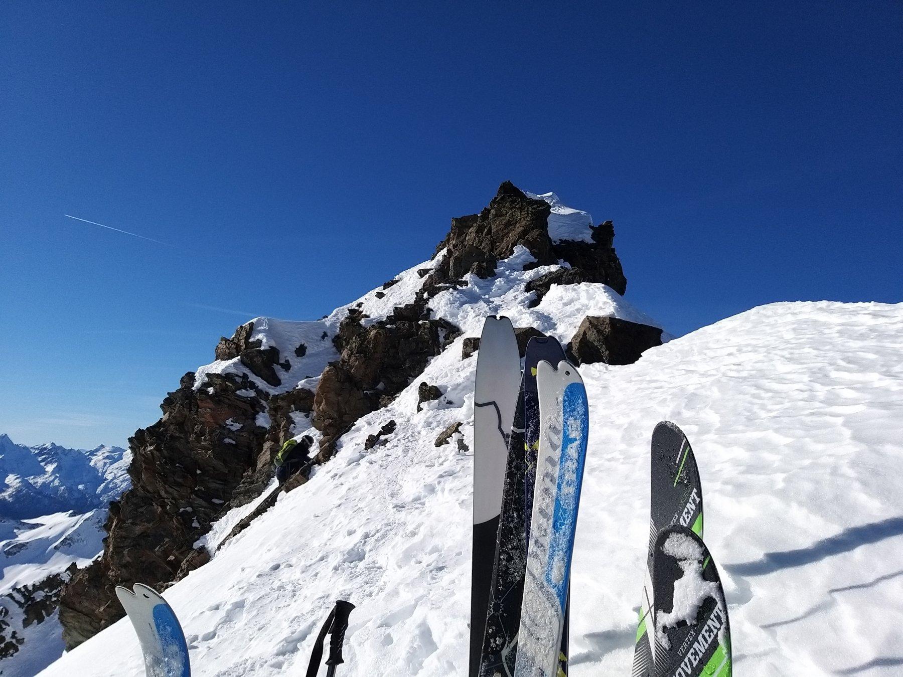 Deposito sci e percorso (non banale) per la punta.