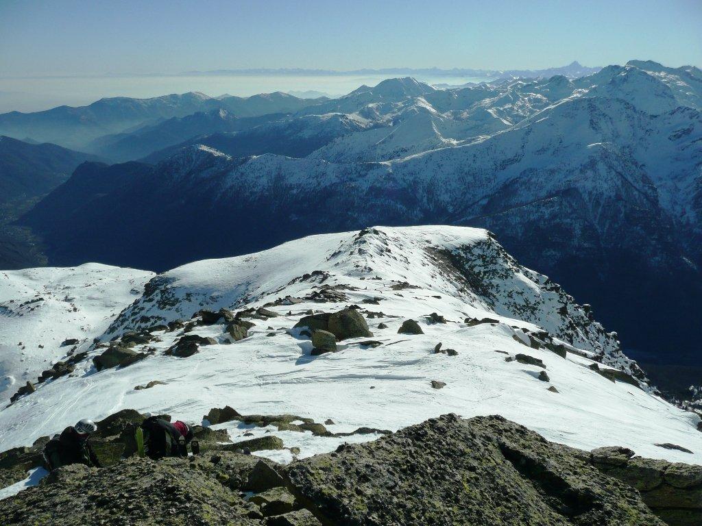 Dorsale finale vista dalla cima. Panorama fino al Monviso e Marittime, ma la foto non rende...