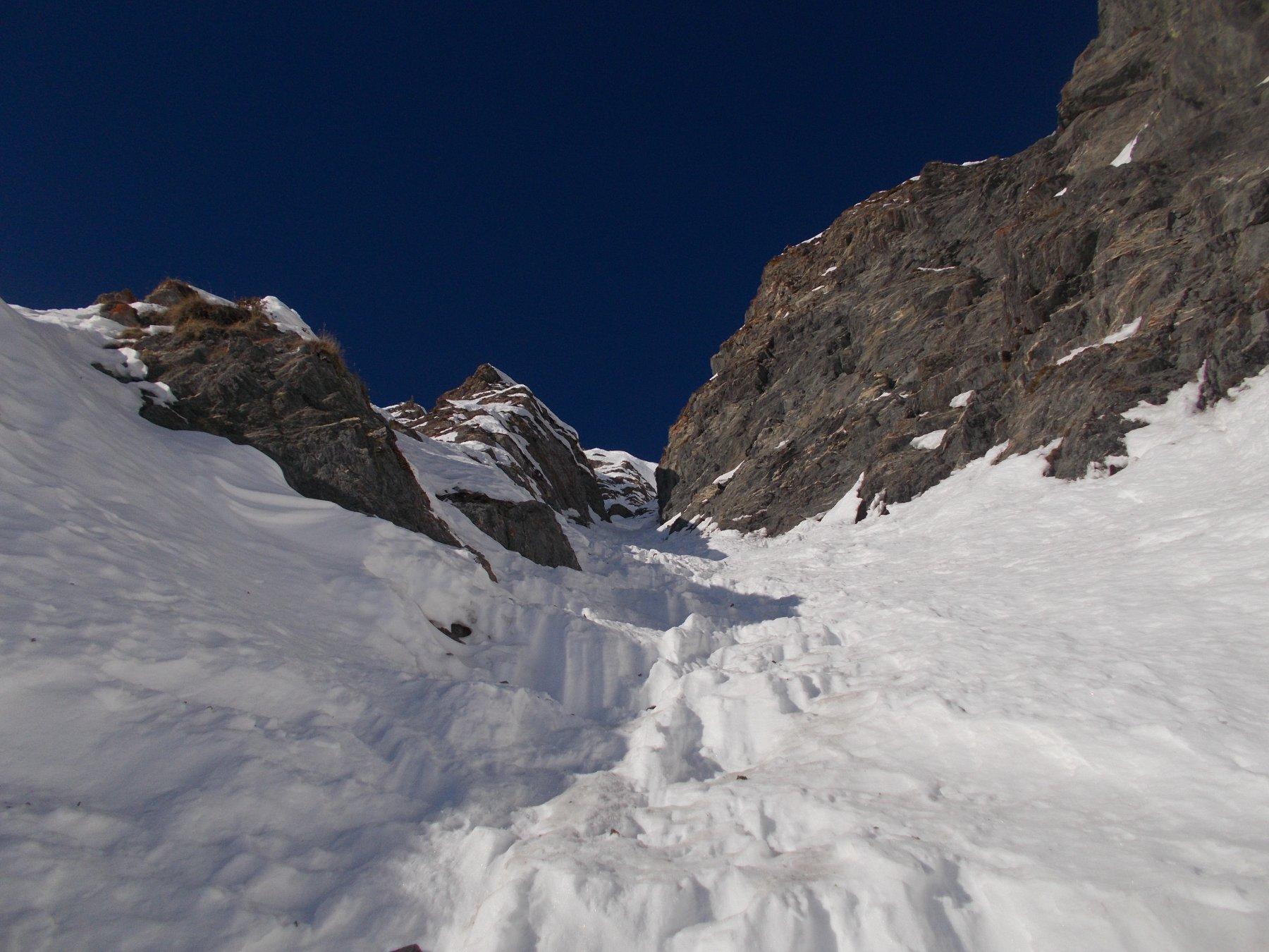 rigelo parziale e neve a gradoni nel tratto centrale..