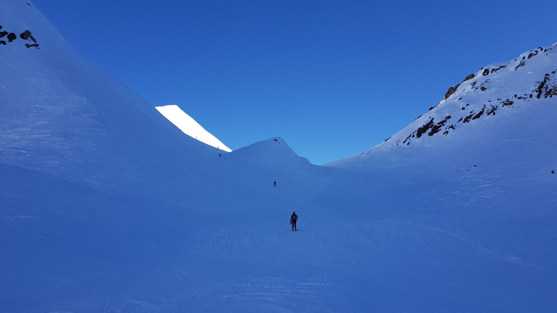Una lama di neve al sole (la vetta) illumina tutta la valle nel tratto finale