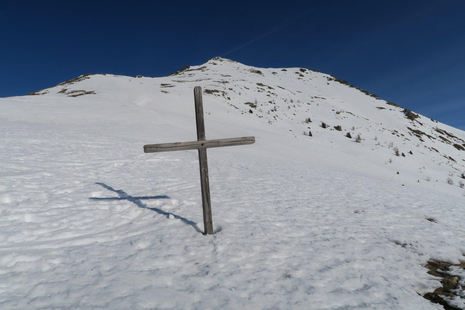 la croce prima che precede il pendio-dorsale