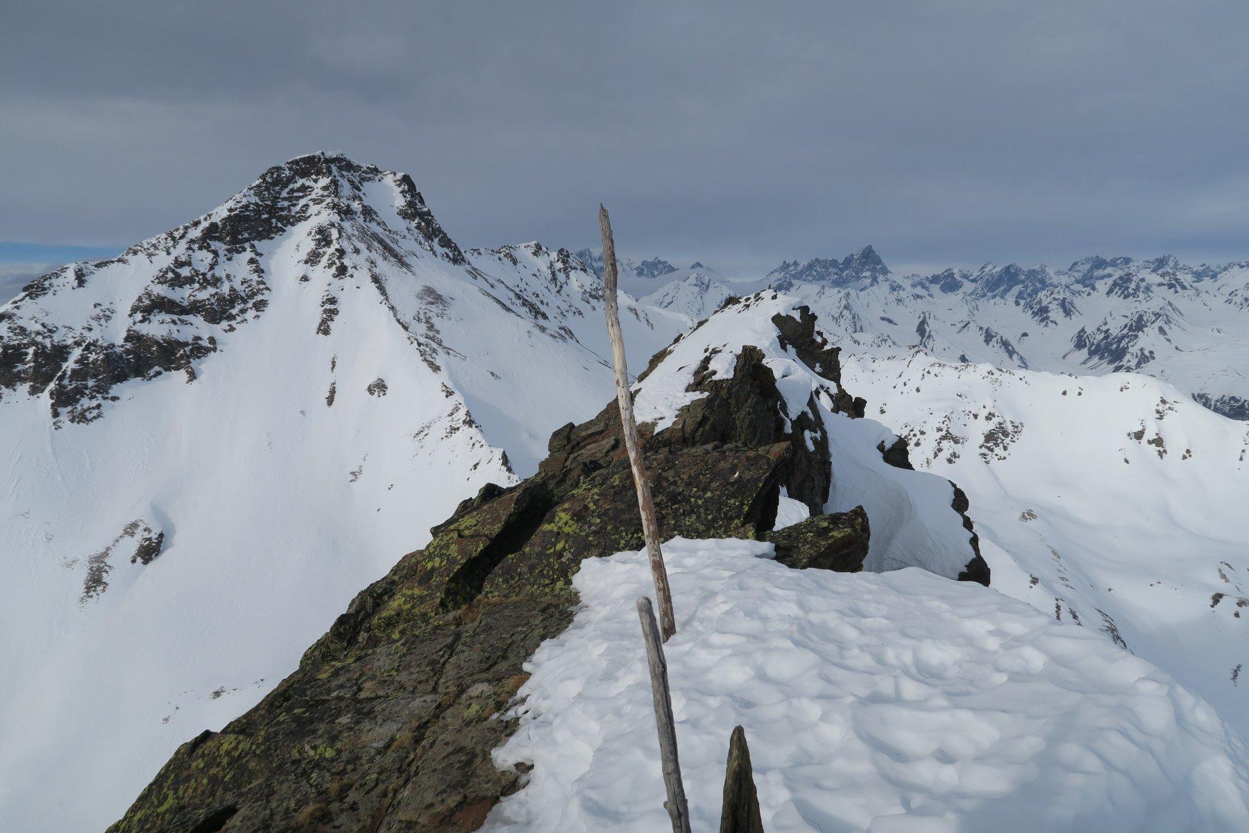 anticima con la cima più alta 100 metri più in là ed il Fallere sulla sinistra