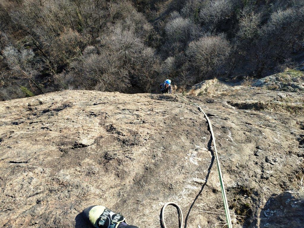 Uno dei tiri di placca sopra la fessura Meneghin.