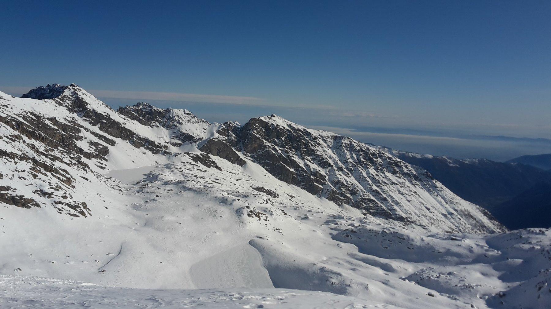 A destra pendii di salita e lago Fertà, a sinistra lago Unghiasse