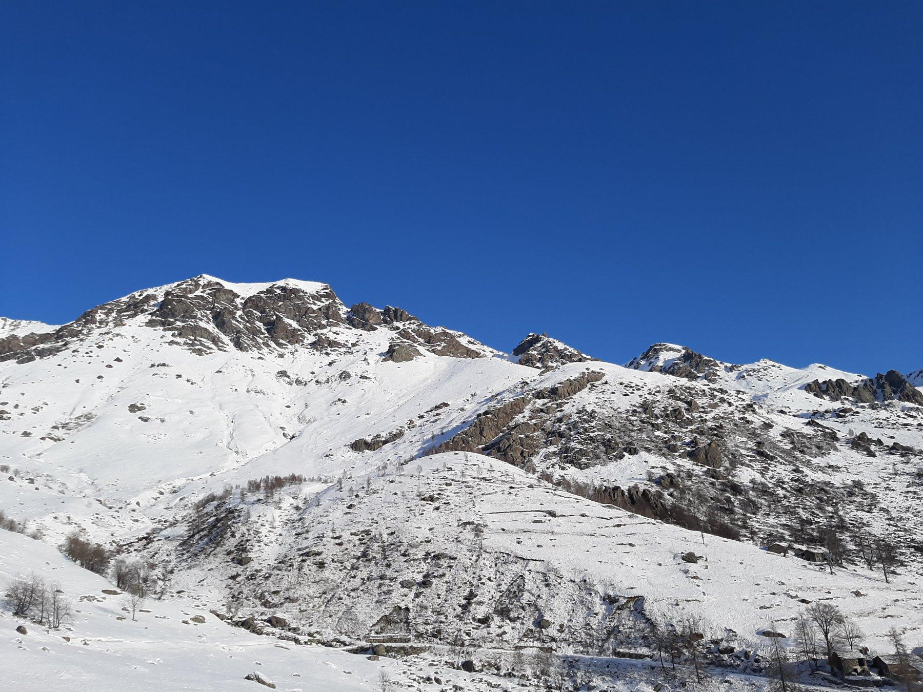 Al centro il Monte Ciorneva. A dx, sul fondo, a Cima La Rossa