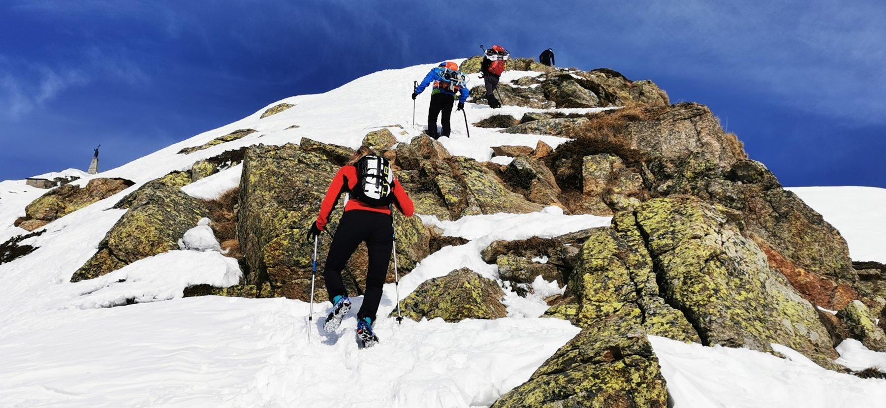 salendo un tratto di roccette affioranti lungo la cresta
