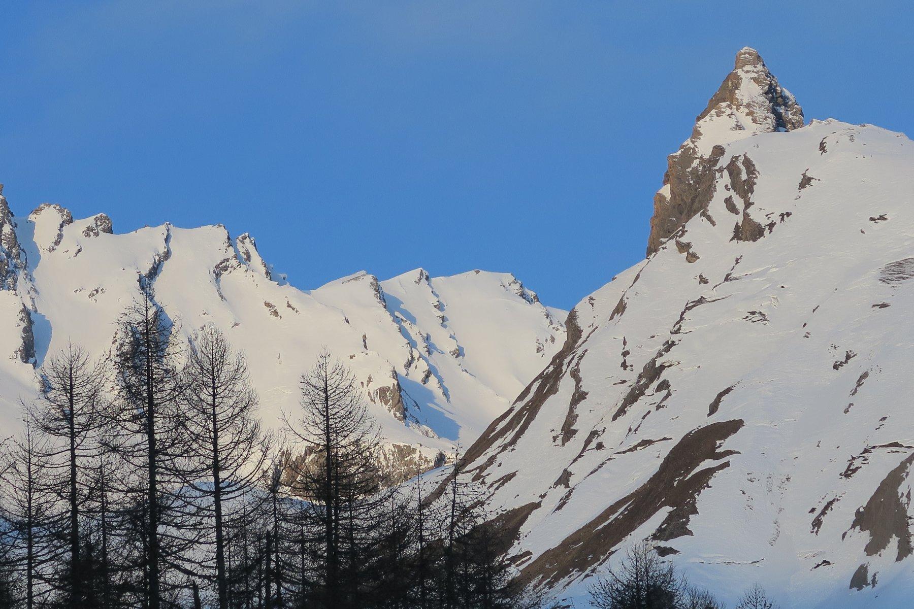 al centro la cima del Grand Creton con il bellissimo pendio dell'itinerario
