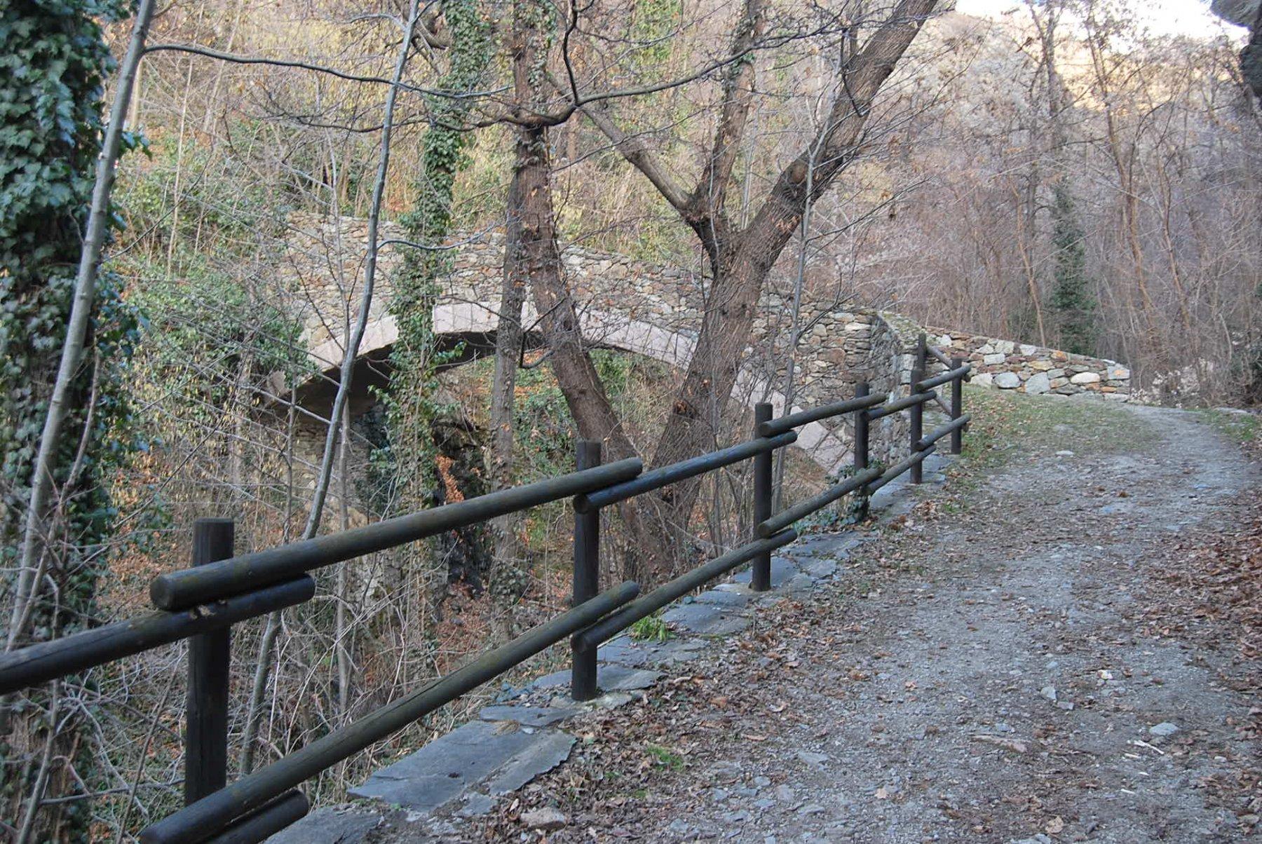Il ponte di pietra alla partenza al Castello di Quart