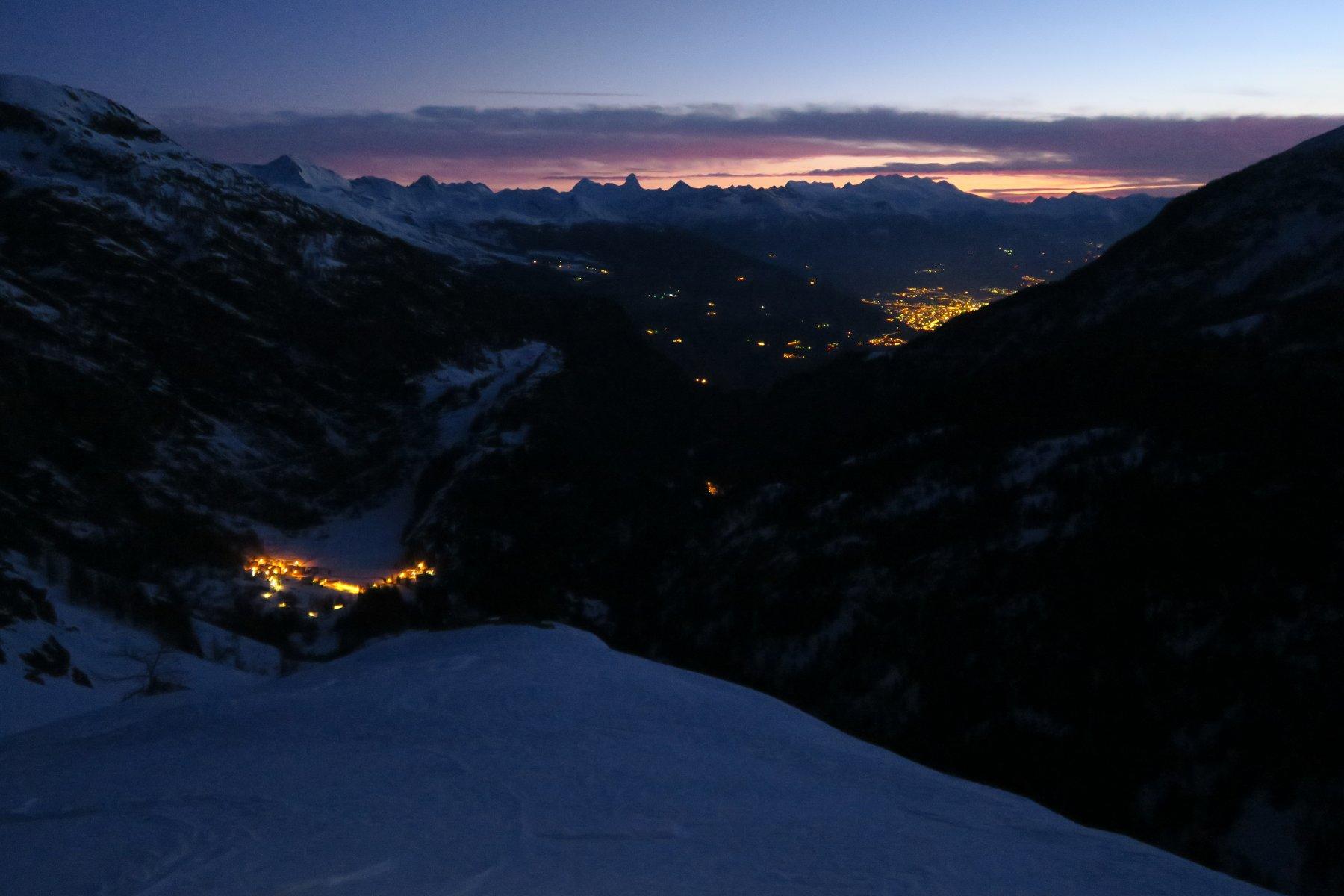 le luci del villaggio di Planaval e più lontano quelle di Aosta