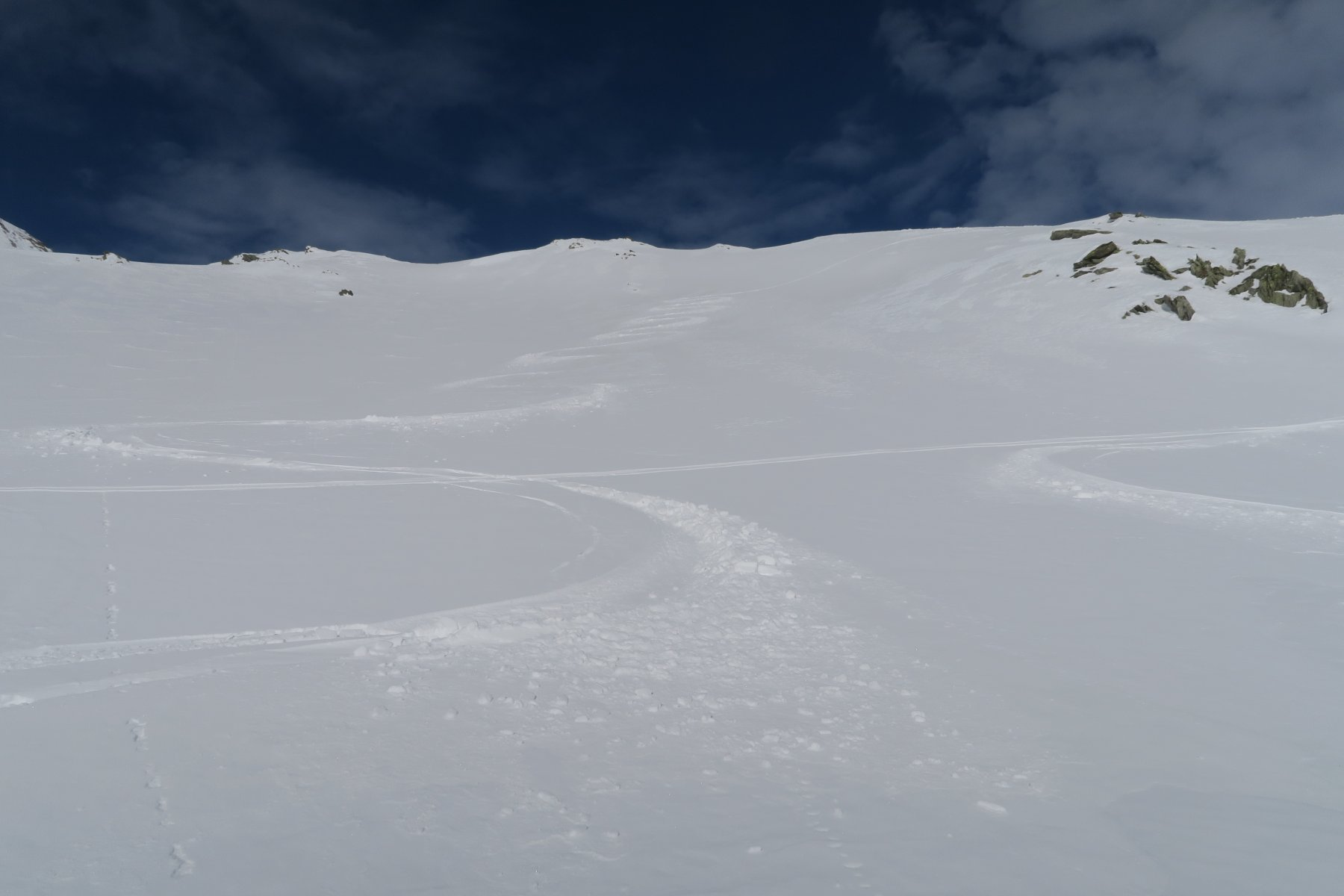 splendida neve sui primi pendii sotto il colle
