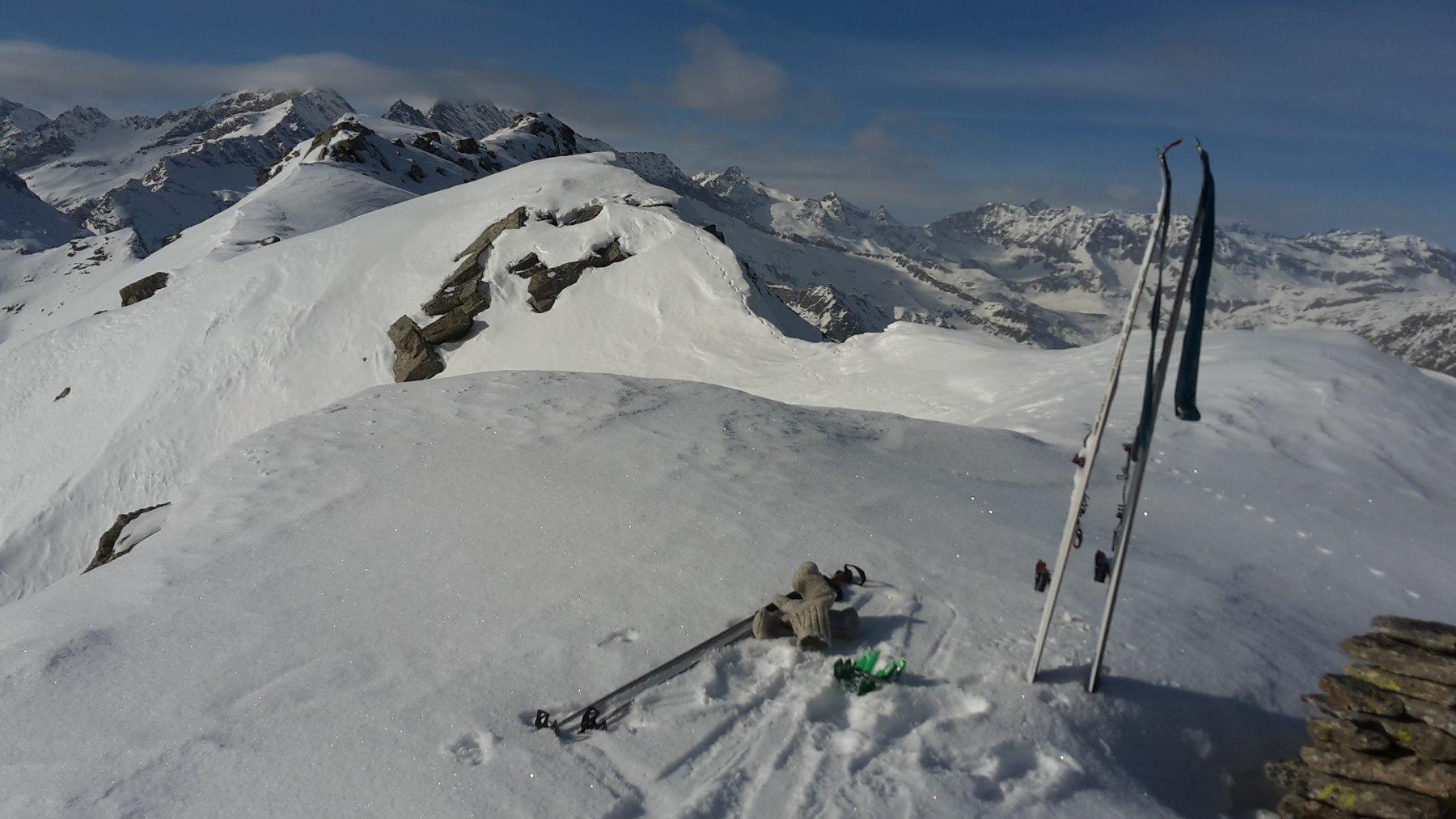 Deposito sci all'anticima e cresta verso la vetta