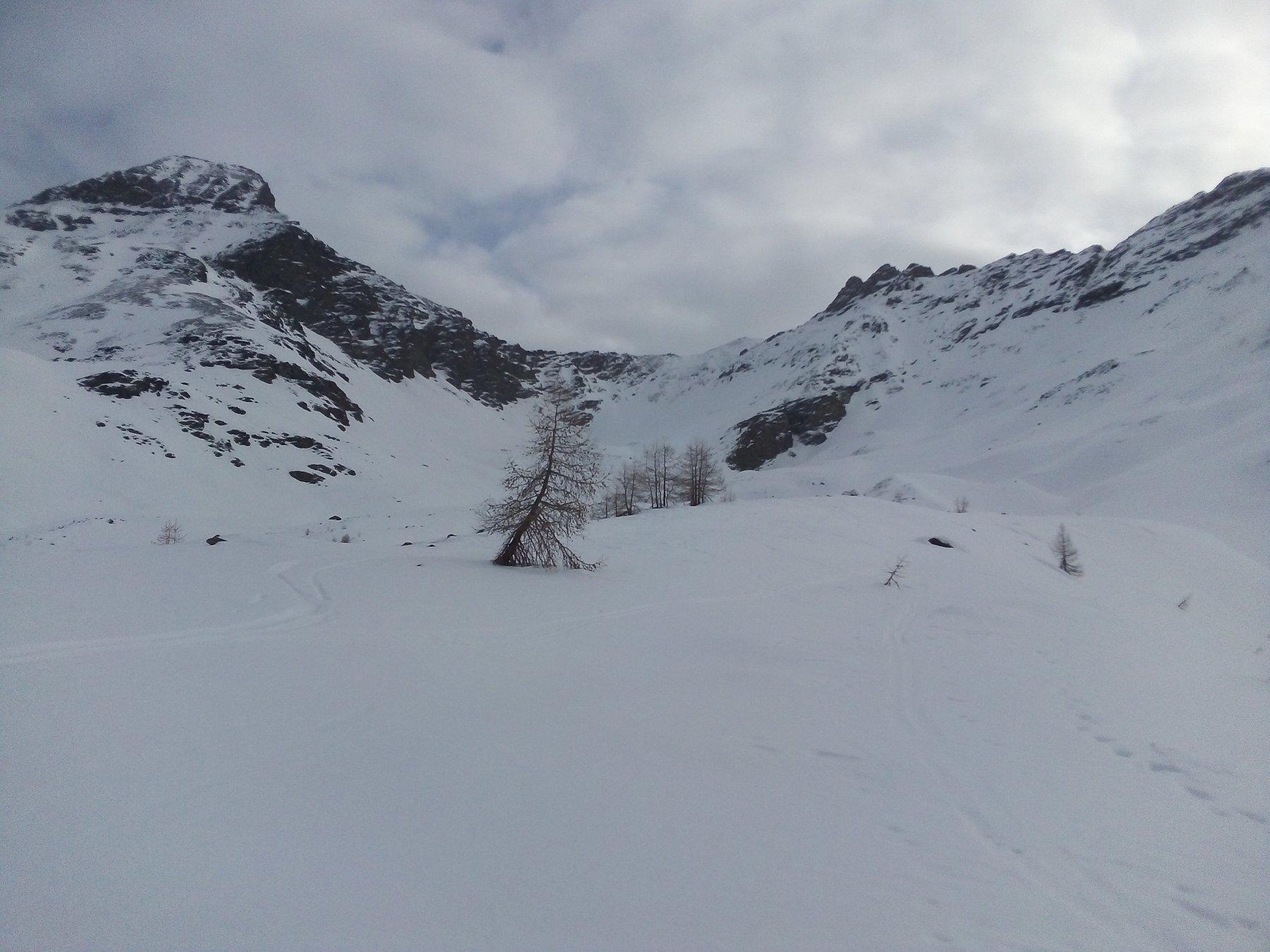 Il vallone sopra il Casotto: in centro il colle di Sort, oggi ben poco invitante.
