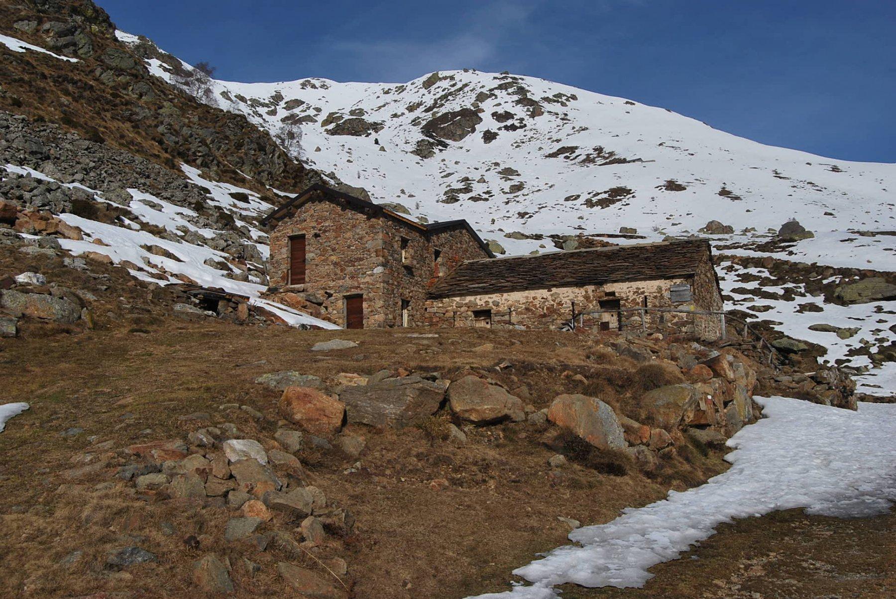 L'arrivo all'Alpe Pinalba. Oltre la neve è continua.